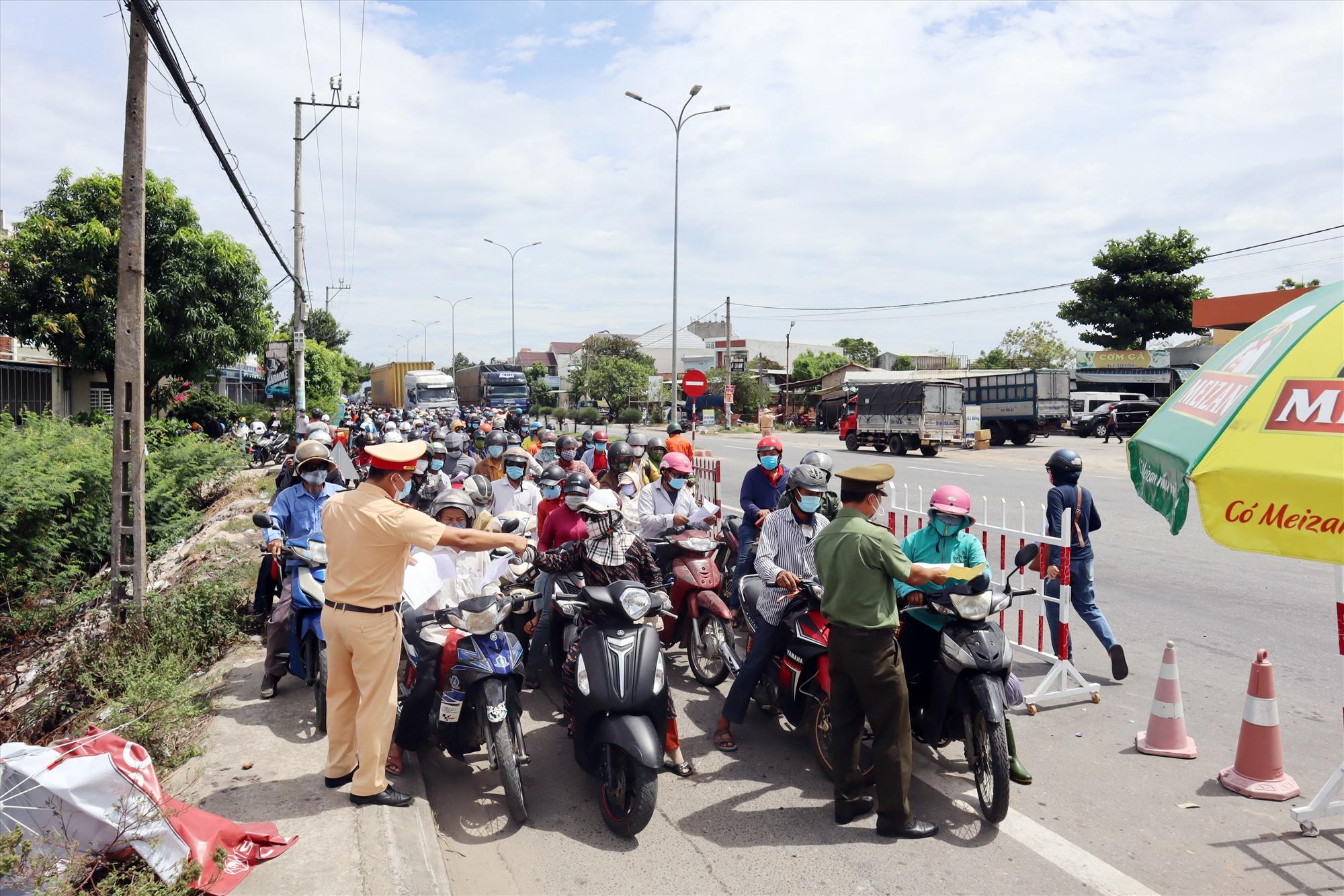 Người dân ùn ùn rời Đà Nẵng khiến các chốt chặn phải căng mình kiểm soát trước thời điểm 12 giờ trưa 22.7. Ảnh: C.T
