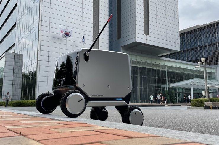 Một robot bốn bánh do LG Electronics sản xuất có thể di chuyển trên địa hình gồ ghề và do đó có thể được sử dụng trong cả môi trường trong nhà và ngoài trời, được thể hiện trong bức ảnh ngày 13 tháng 7 này. Được phép của LG Electronics
