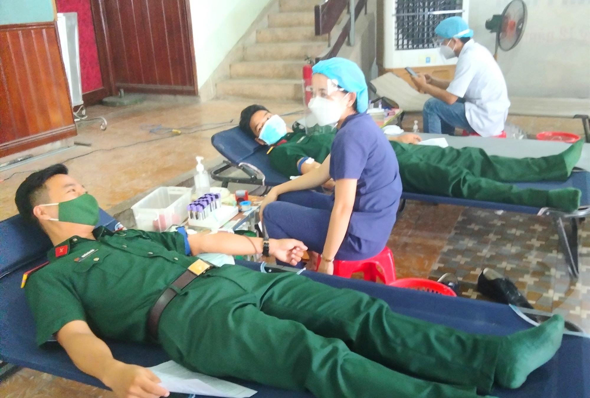 Các lực lượng vũ trang tham gia hiến máu đợt 2