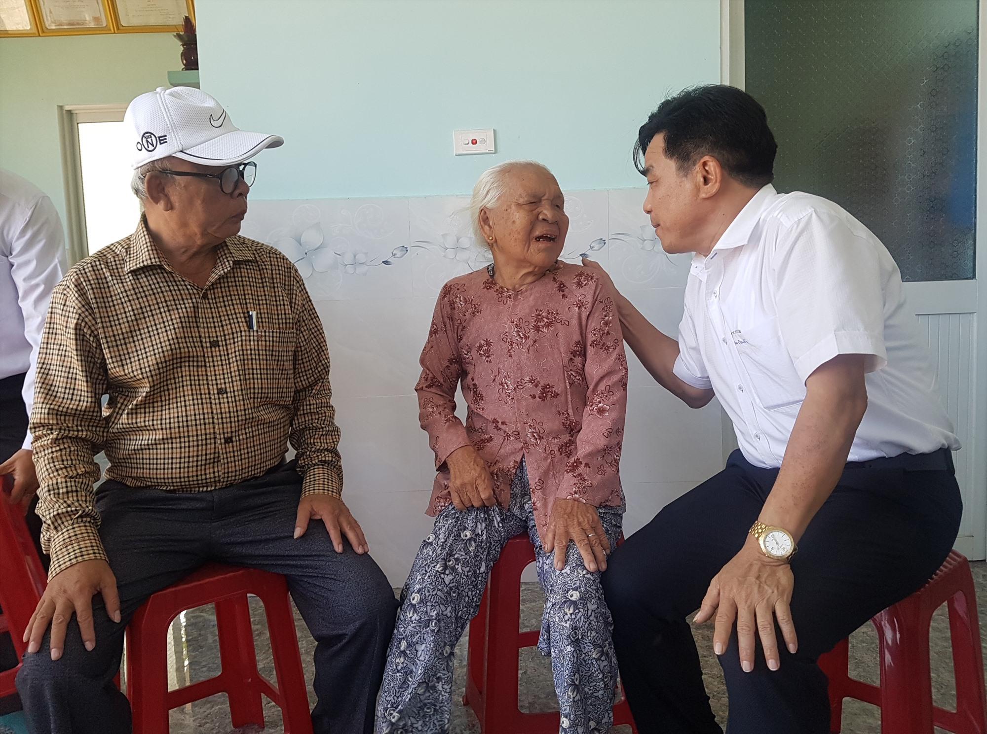 Phó Bí thư Tỉnh ủy Lê Văn Dũng thăm người có công nhân dịp Tết Nguyên đán năm 2020.