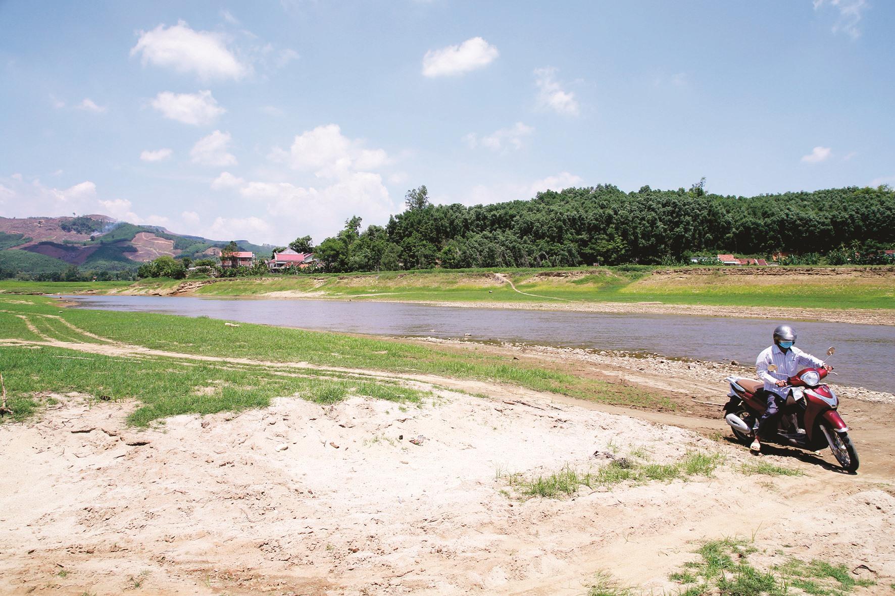 Hàng nghìn người dân Tam Sơn với mong ngóng từng ngày cầu được xây dựng. Ảnh T.C