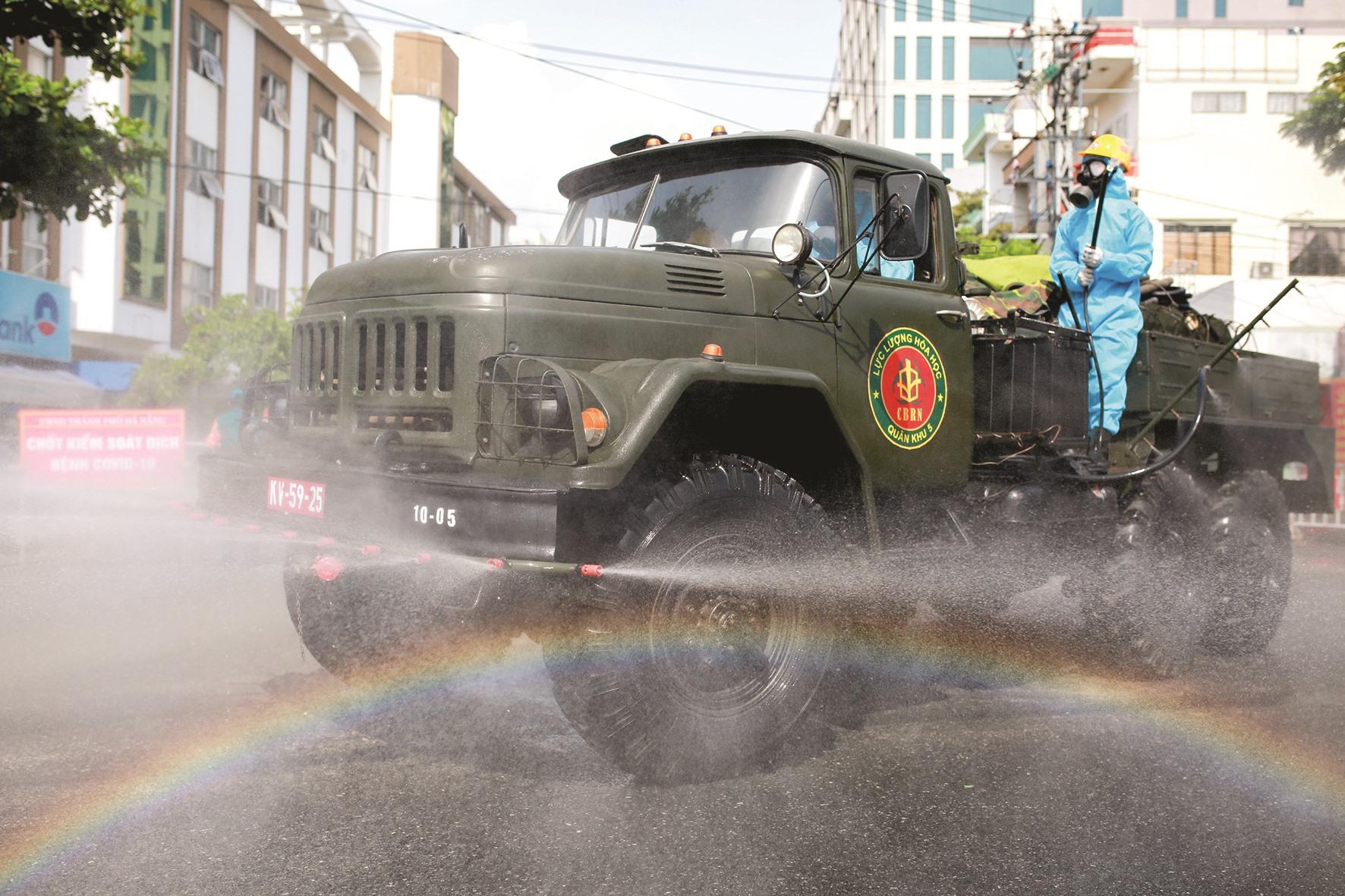 Xe phun hóa chất của bộ đội phòng hóa trên đường phố.