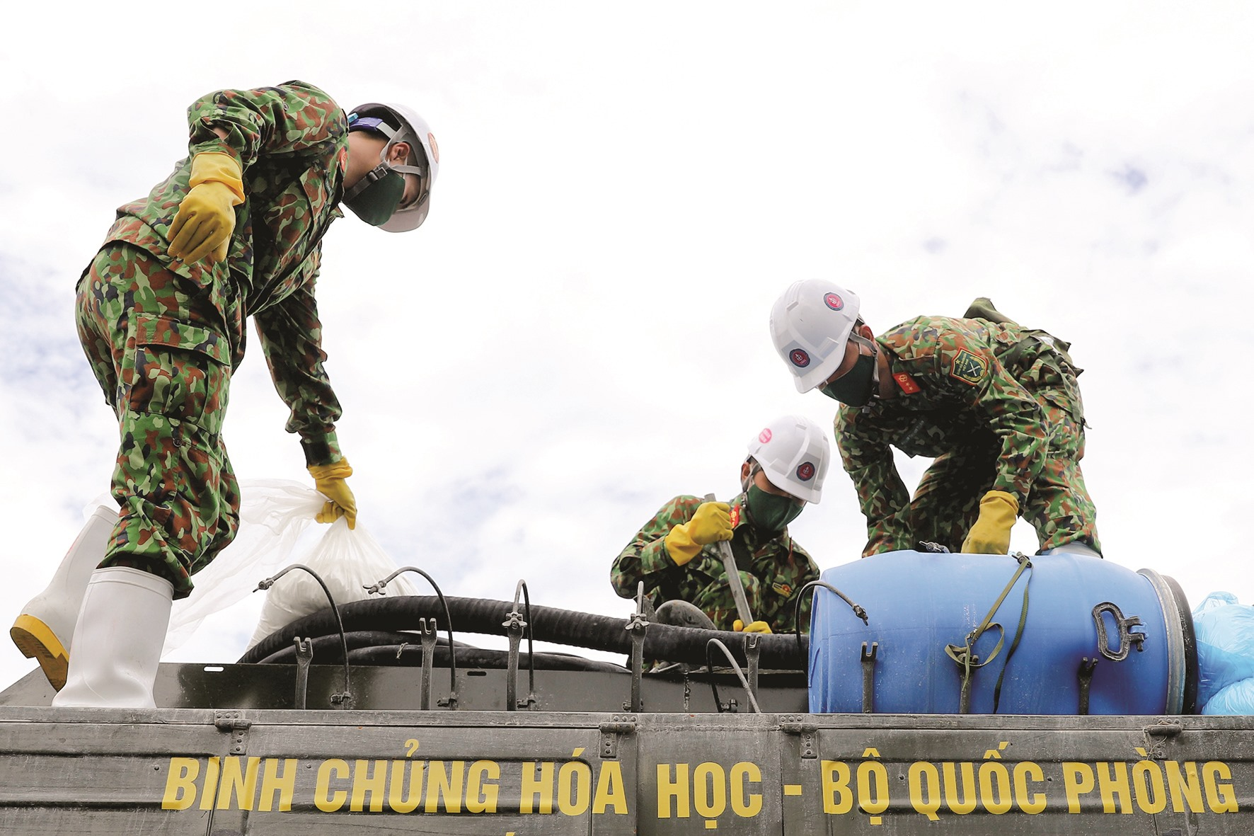 Lính phòng hóa kiểm tra hóa chất, thiết bị trước khi làm nhiệm vụ.