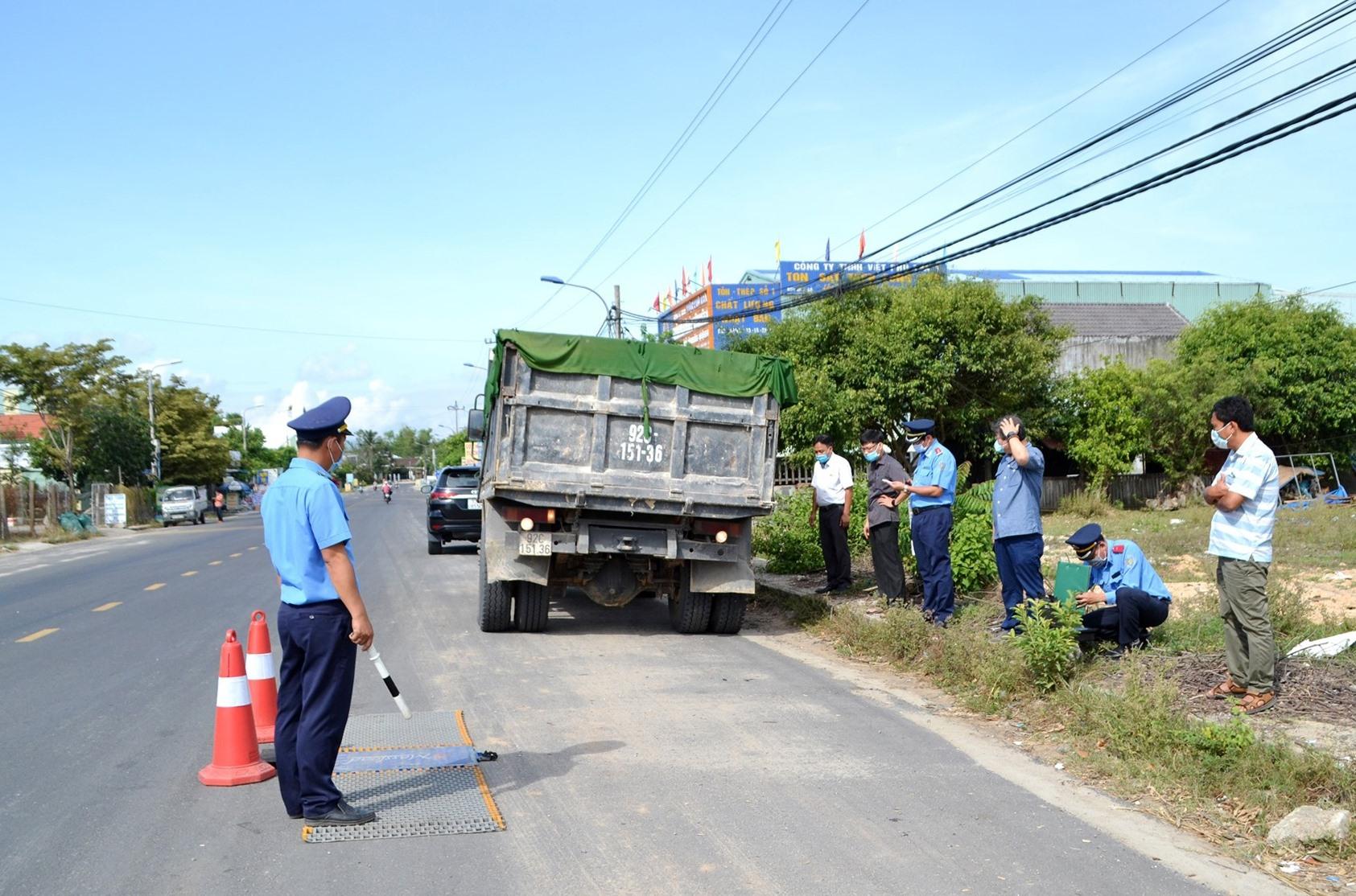 Thanh tra Sở GTVT kiểm soát tải trọng phương tiện trên quốc lộ 40B. Ảnh: CT