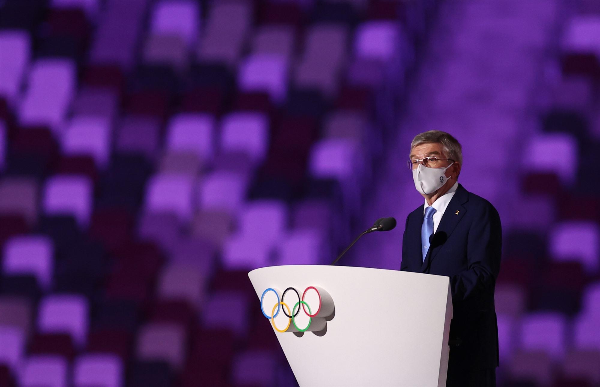 Chủ tịch Ủy ban Olympic Quốc tế (IOC) Thomas Bach phát biểu trong lễ khai mạc. Ảnh: Reuters
