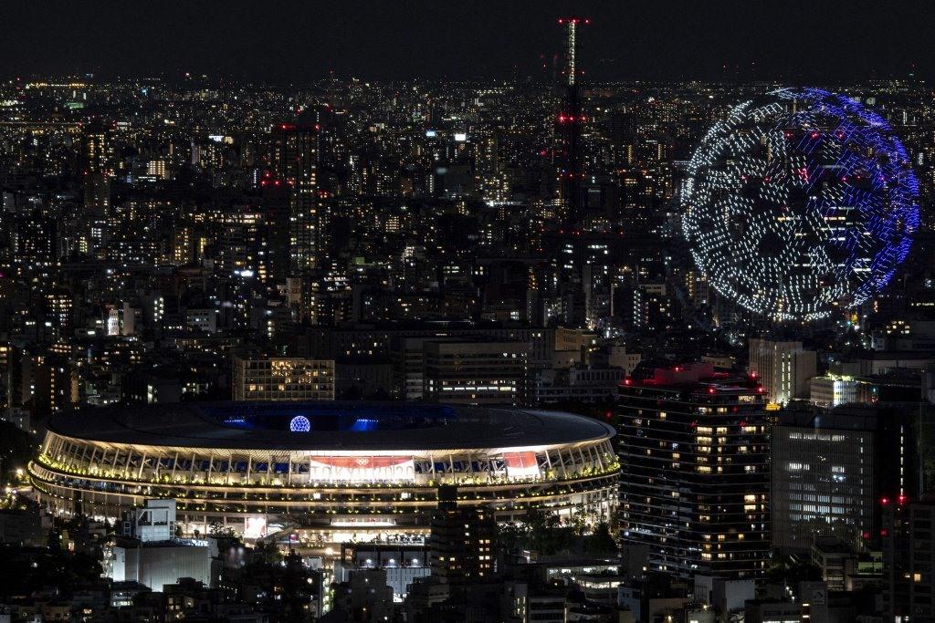 Mặc dù thiếu vắng khán giả trực tiếp đến sân, lễ khai mạc vẫn diễn ra cực kỳ hoành tráng và ấn tượng, bao gồm trình diễn máy bay không người lái tạo hình trái đất trên bầu trời Tokyo