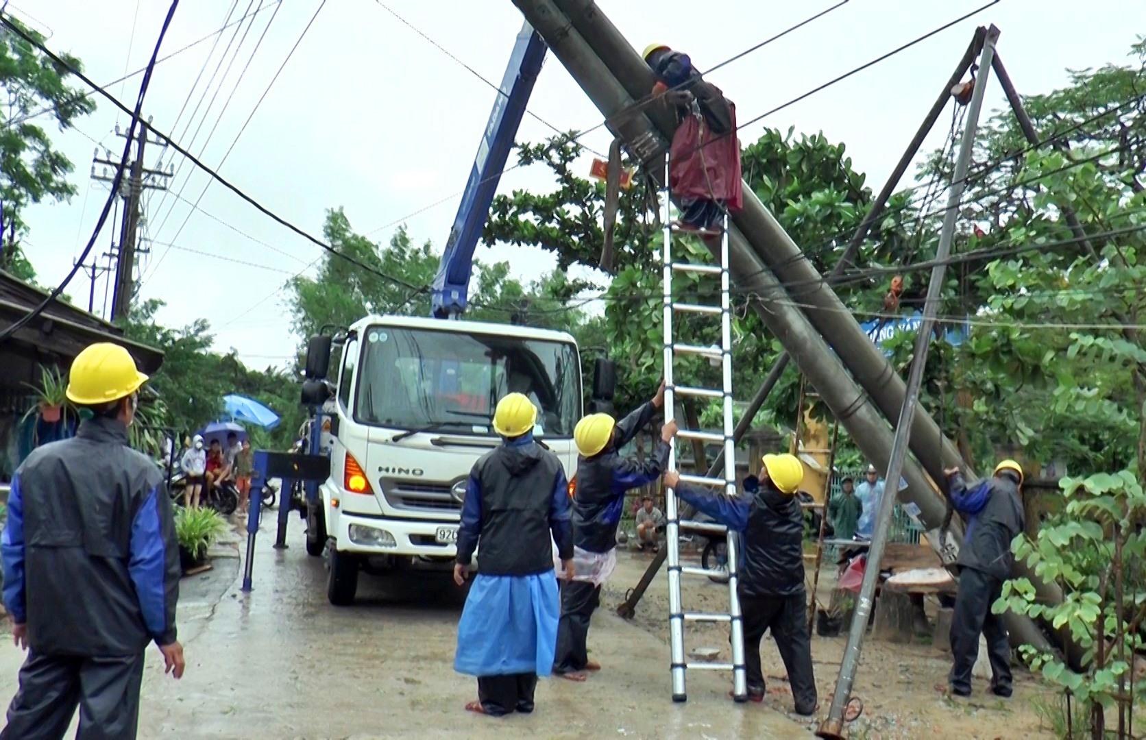 Điện lực Thăng Bình tập trung khắc phục thiệt hại do bão số 9 gây ra. Ảnh: M.T
