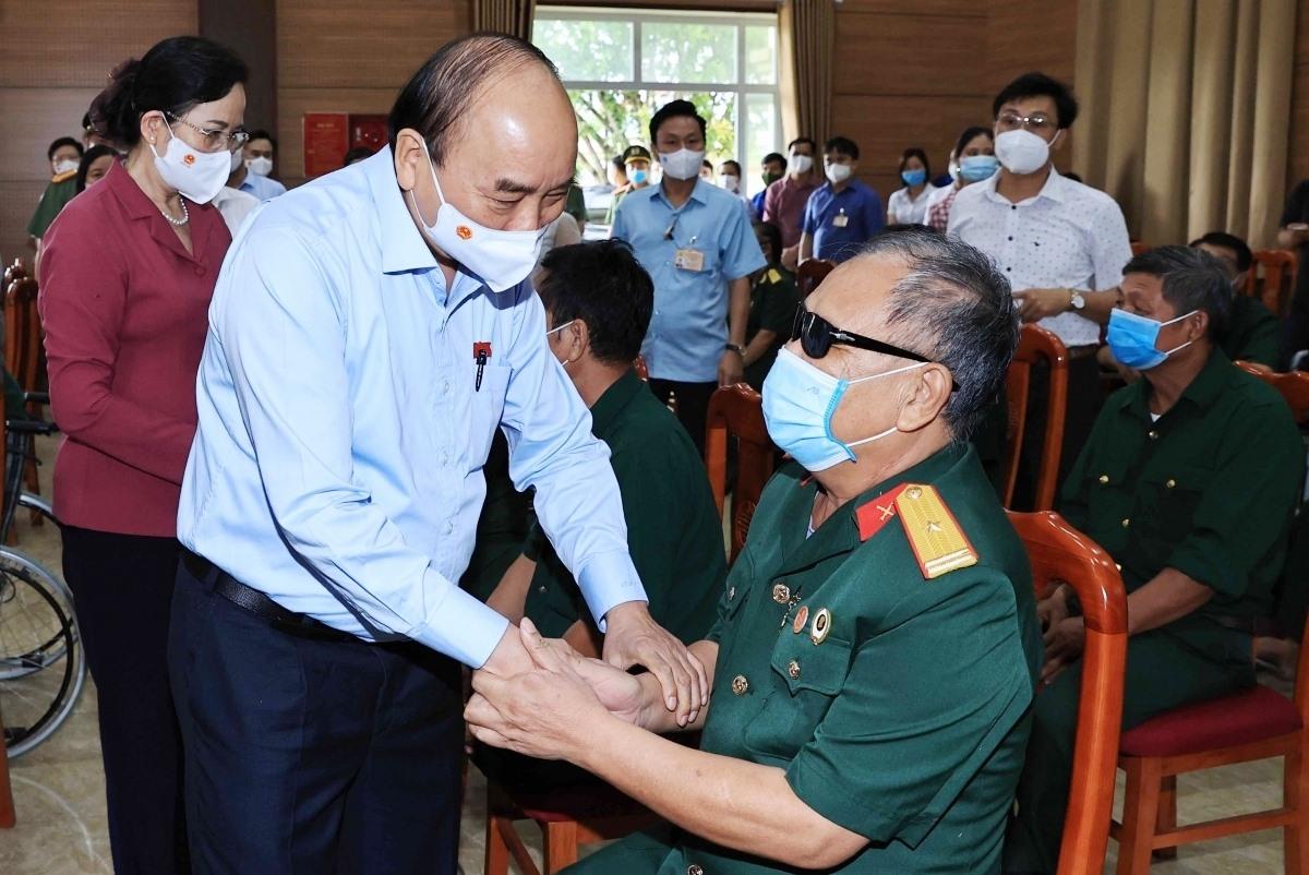 Chủ tịch nước Nguyễn Xuân Phúc thăm, tặng quà các thương bệnh binh tại Trung tâm Nuôi dưỡng thương bệnh binh nặng và Điều dưỡng Người có công tỉnh Hà Nam (Ảnh: Hoàng Thống Nhất)
