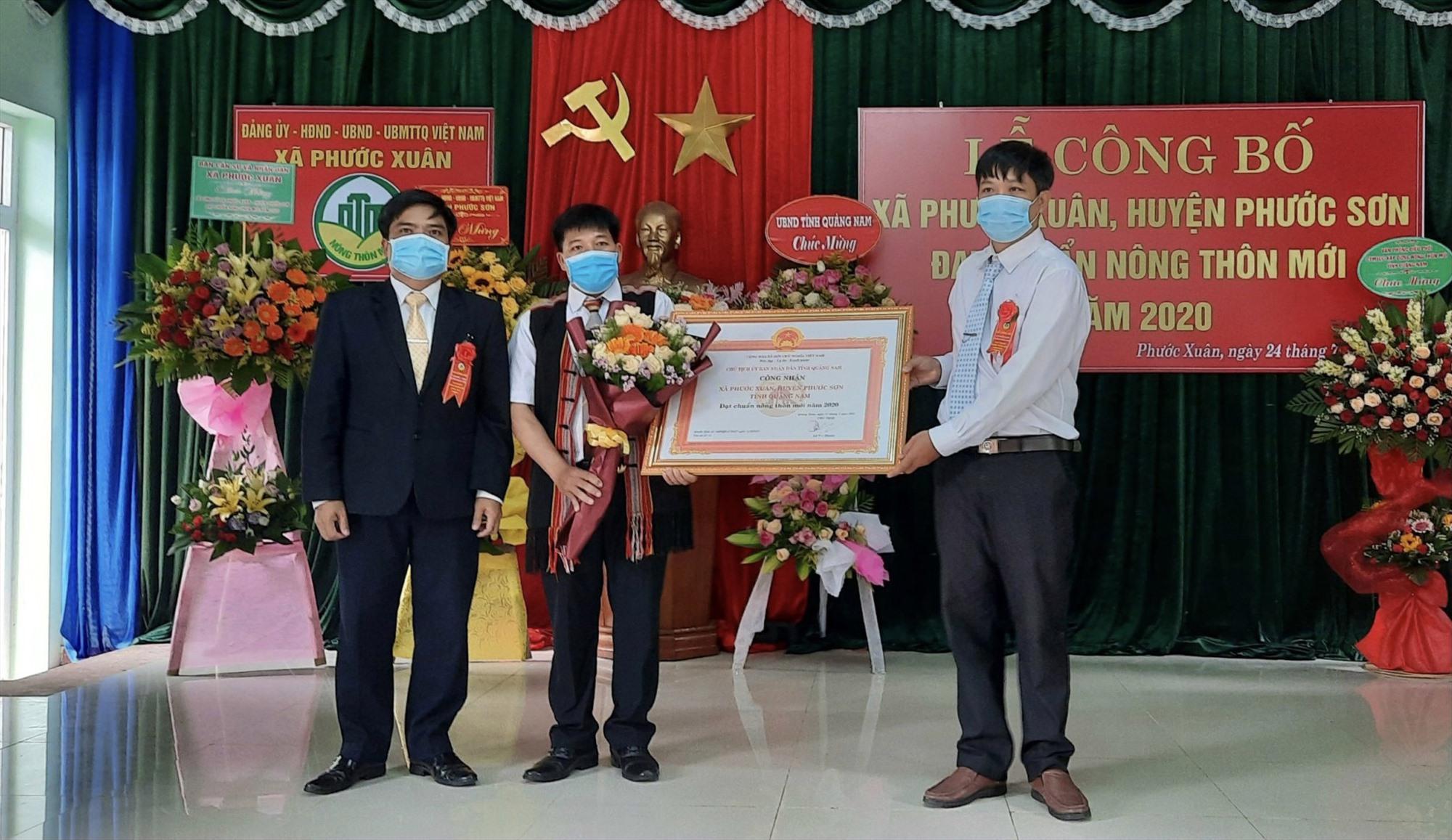 Bí thư huyện ủy Đoàn Văn Thông trao bằng Công nhận xã đạt chuẩn NTM.