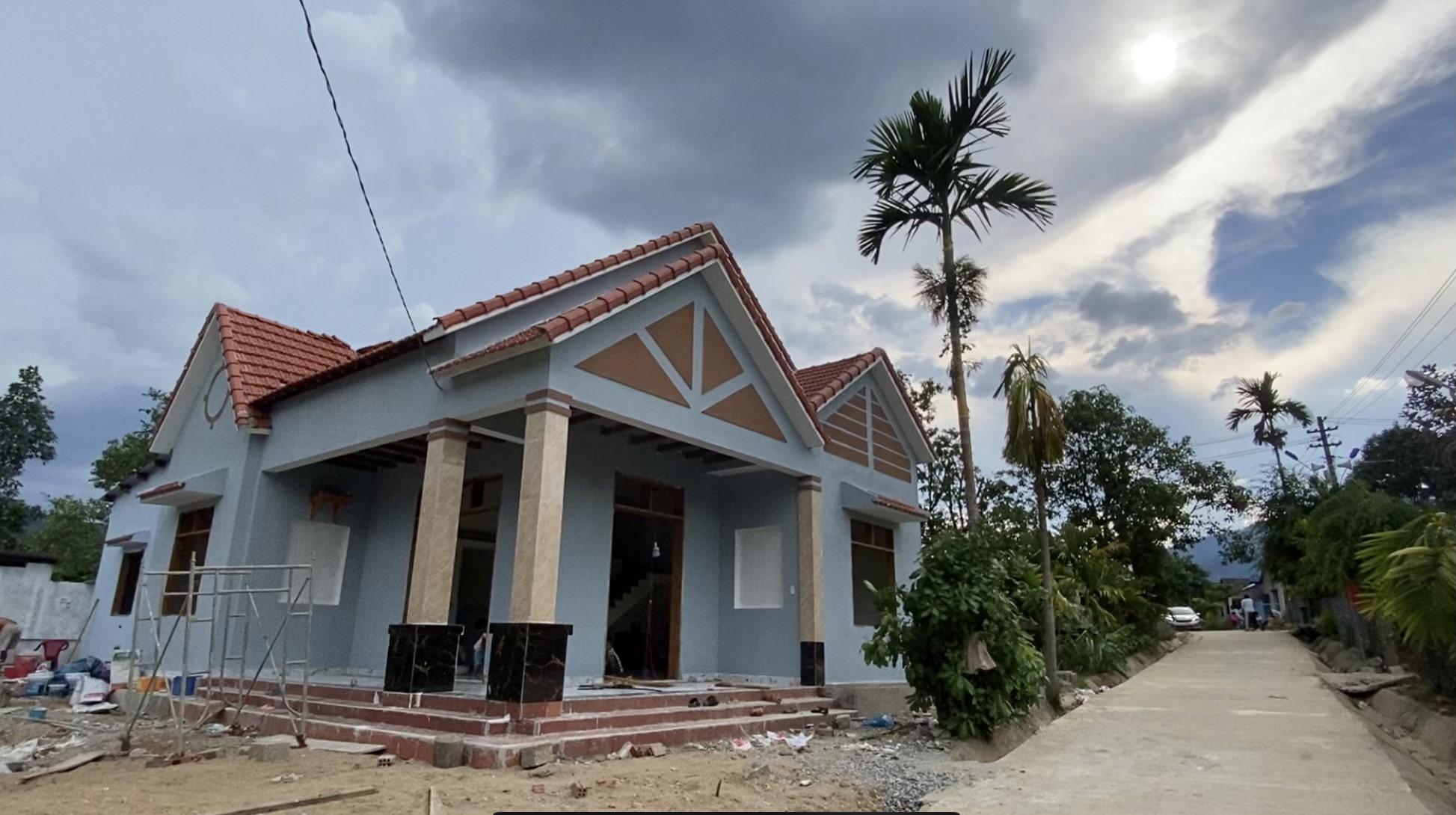 Một ngôi nhà khang trang vừa hoàn thành tại thôn Lao Mưng.