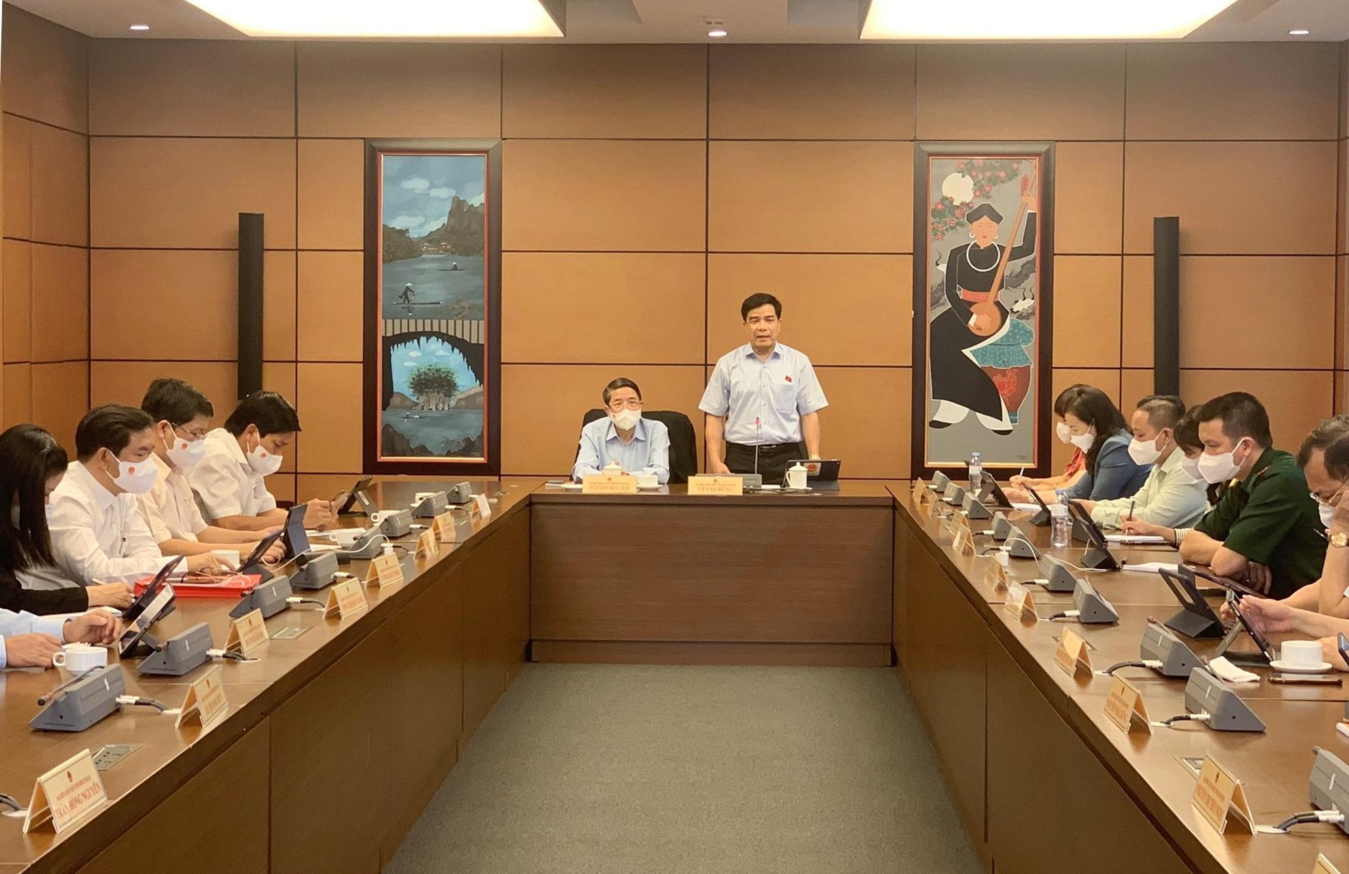 Ông Lê Văn Dũng - Đoàn ĐBQH tỉnh Quảng Nam chủ trì phiên thảo luận tổ