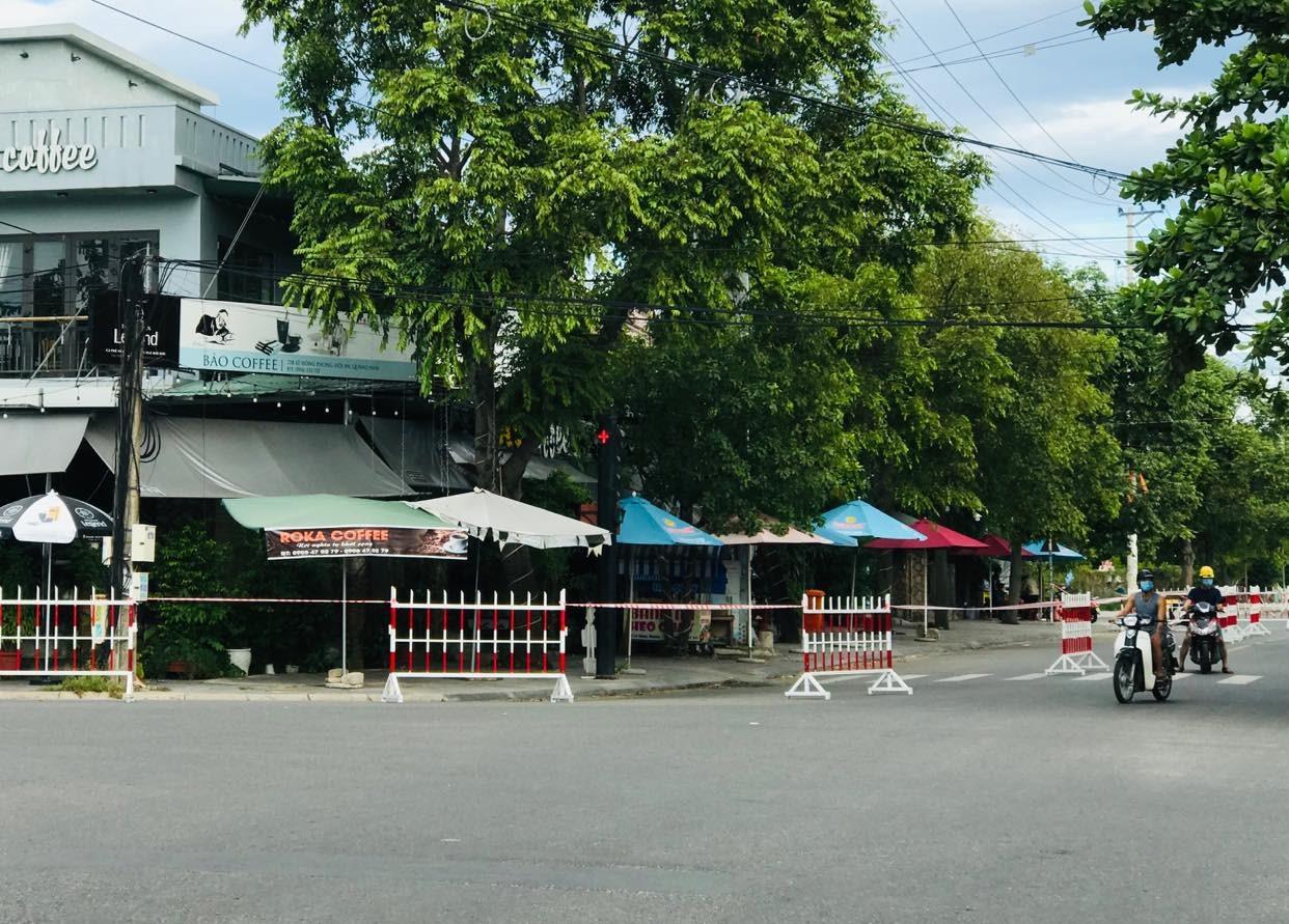 Phong tỏa quán cà phê có người nhiễm Covid-19 tại phường Tân An. Ảnh: Q.T