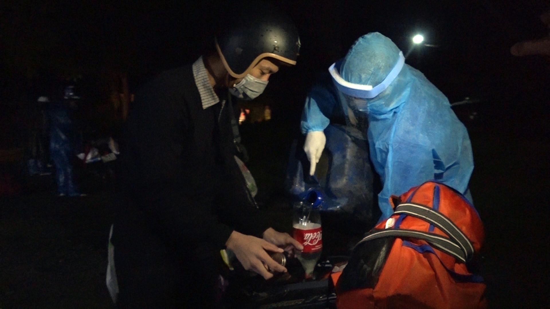 Anh Trần Chín được hỗ trợ xăng xe để tiếp tục về quê.