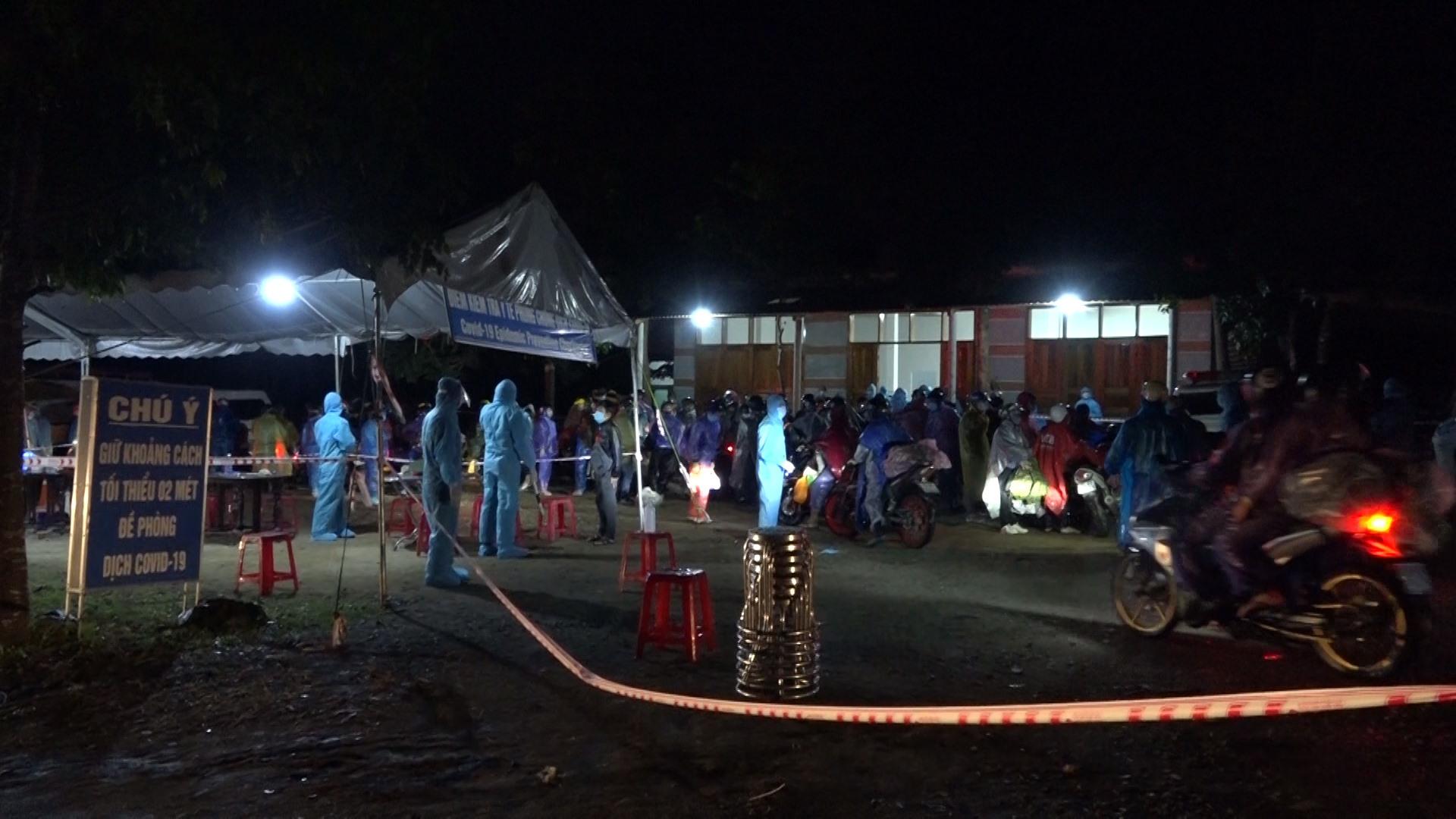 Đoàn người tiếp tục về quê chờ khai báo tại trạm đèo Lò Xo.