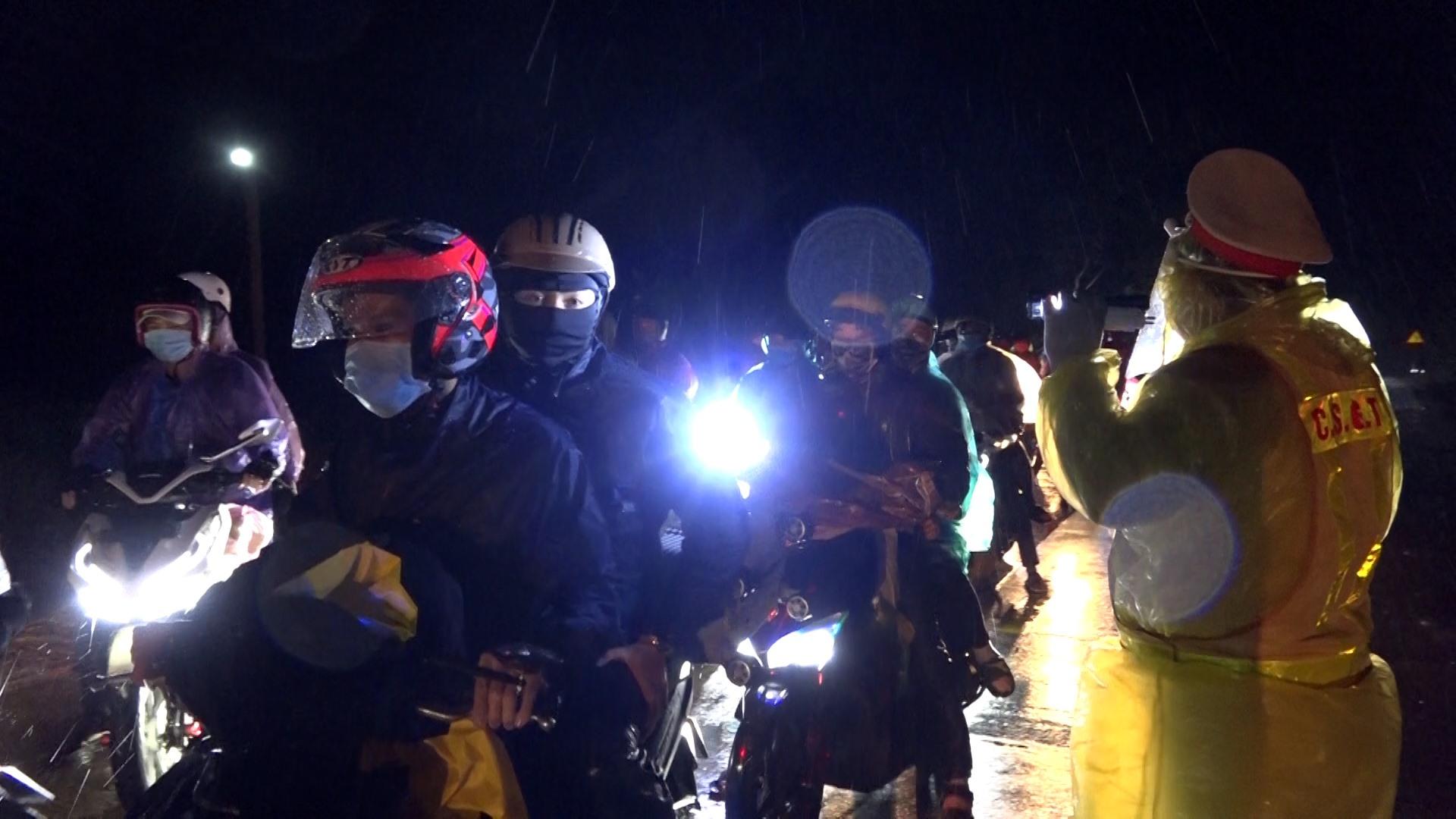 Hơn 100 người từ TP HCM về đến đèo Lò Xo.