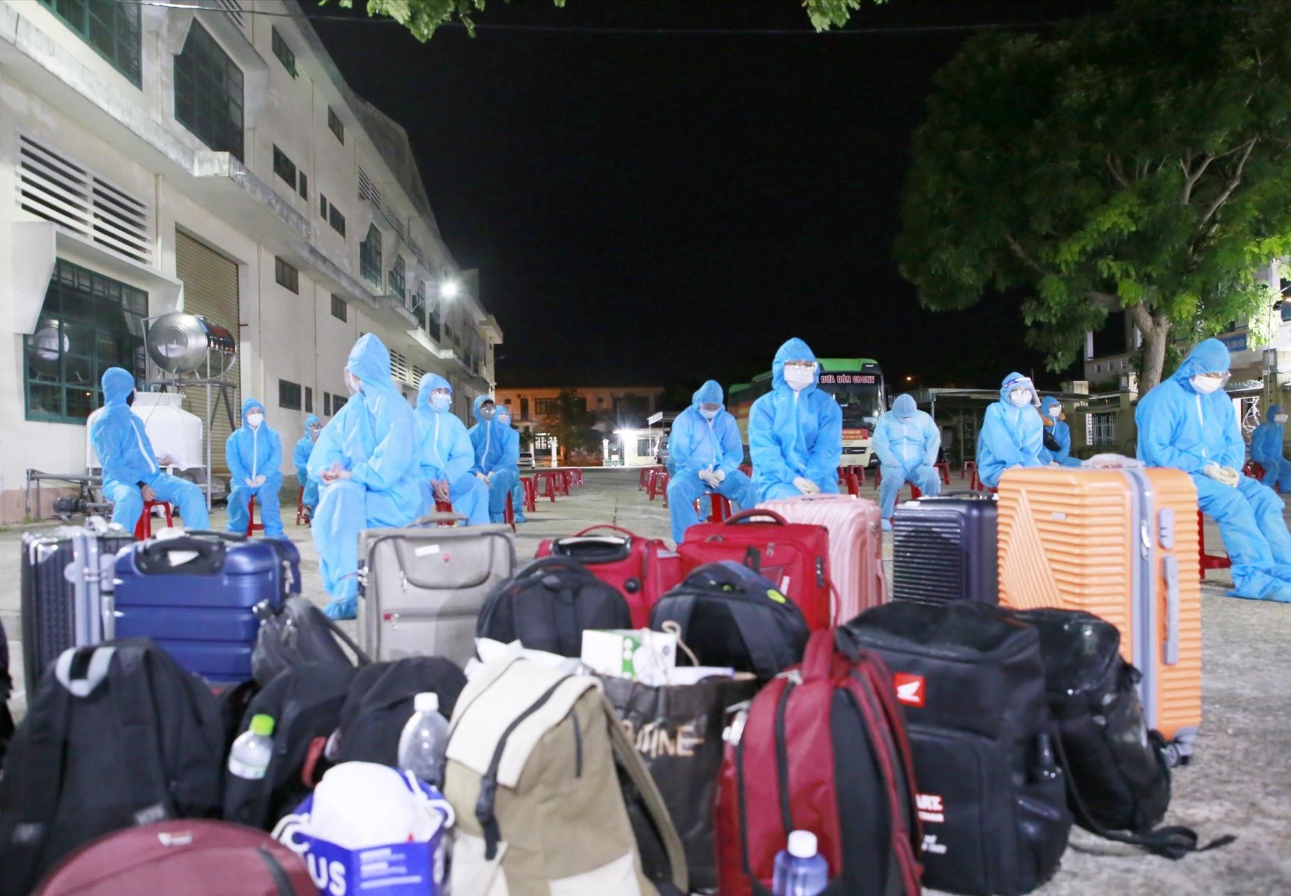 Các công dân Quảng Nam đầu tiên được tỉnh hỗ trợ về quê tránh dịch. Ảnh: T.C