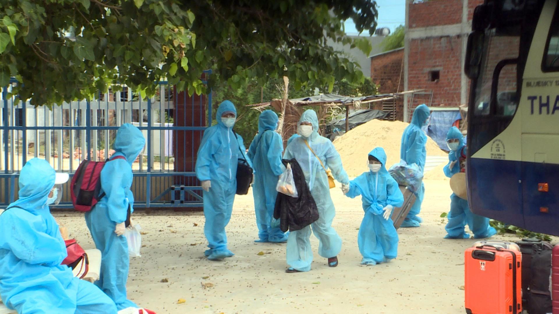 Núi Thành đón người dân từ TP HCM về quê chống dịch Covid-19. Ảnh: VĂN PHIN