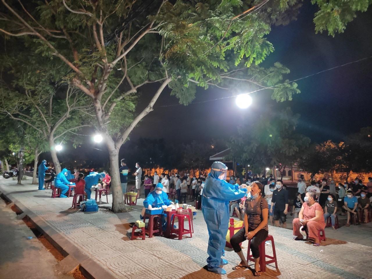 Các lực lượng chức năng ở Hội An truy vết, lấy mẫu ngay trong đêm tại phường Tân An. Ảnh: LÊ HIỀN