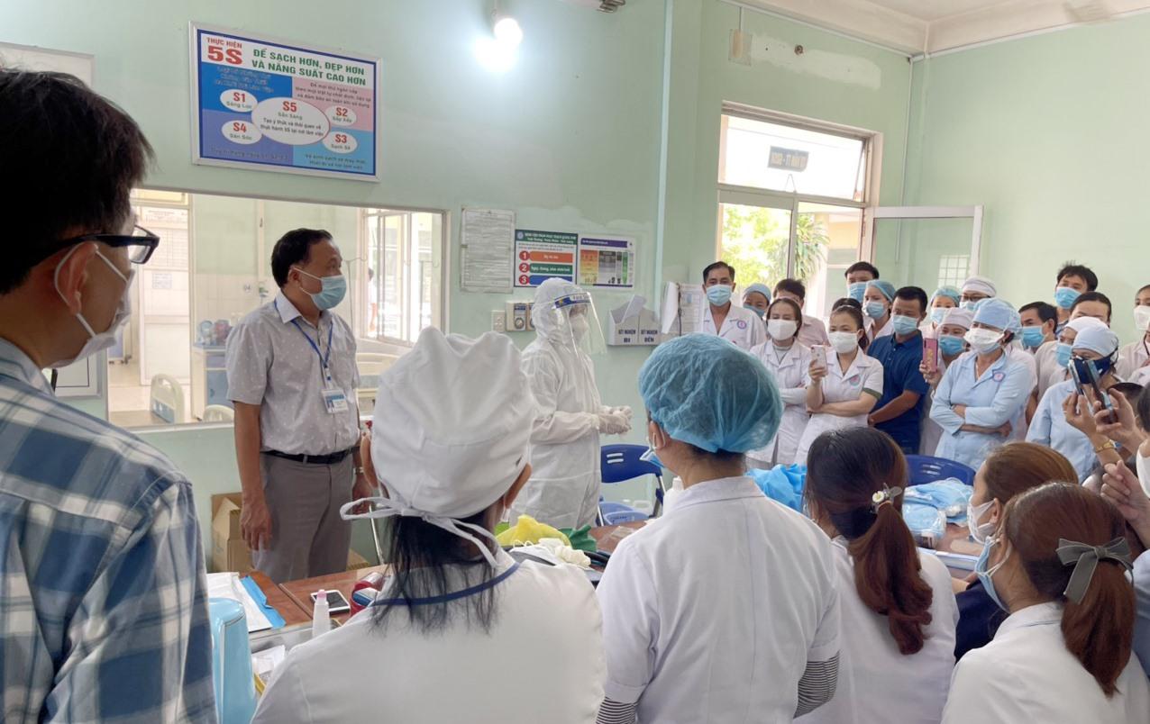 Ông Mai Văn Mười - Giám đốc Sở Y tế, Trưởng Tiểu ban điều trị trực tiếp hướng dẫn đội ngũ y tế Bệnh viên Phạm Ngọc Thạch các kỹ thuật chuyên môn trong chăm sóc và điều trị bệnh nhân Covid-19.