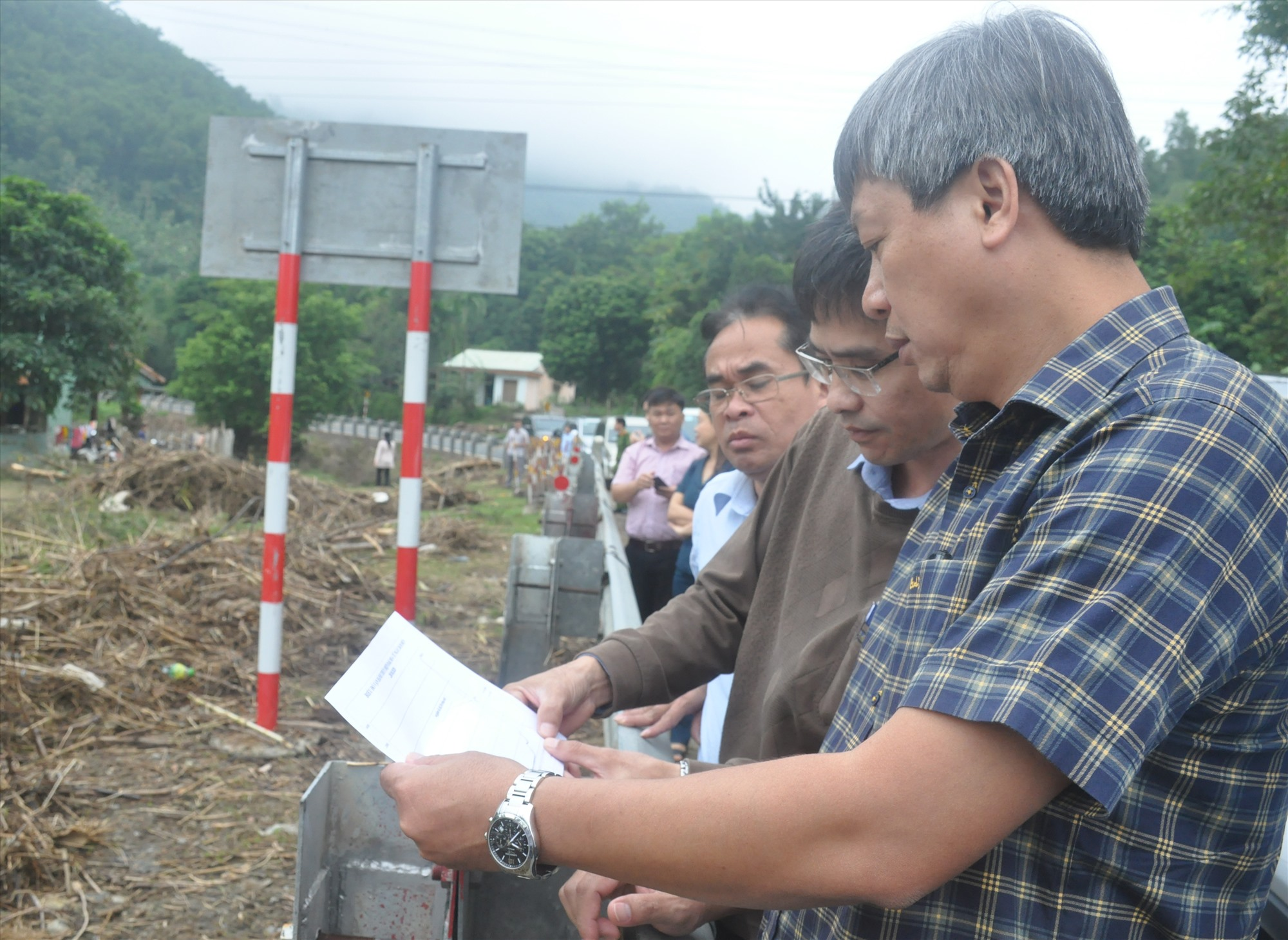 Phó Chủ tịch UBND tỉnh Hồ Quang Bửu khảo sát thực tế sau khi thủy điện Đắk Mi 4 xả lũ gây ngập úng, thiệt hại tài sản nặng nề cho người dân xã Cà Dy, thị trấn Thạnh Mỹ (Nam Giang) cuối năm 2020. Ảnh: N.Đ