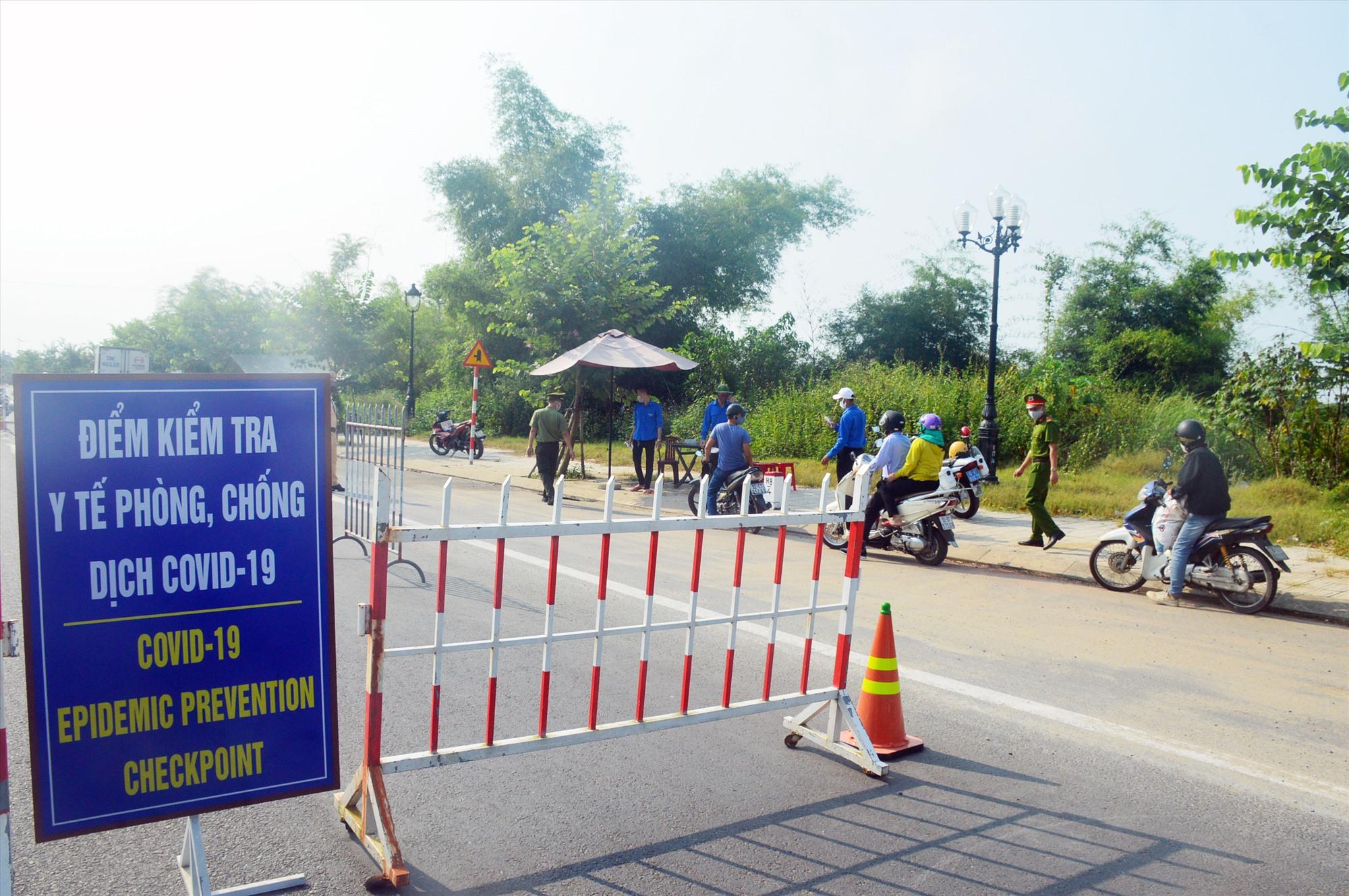 Một chốt chặn được dựng lên ở vùng giáp ranh TP.Hội An với thị xã Điện Bàn để kiểm soát người dân ra vào TP.Hội An. Ảnh: Q.T