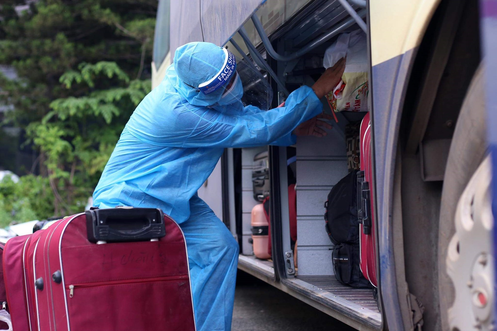 Anh Dũng sắp xếp hành lý giúp các đồng hương.