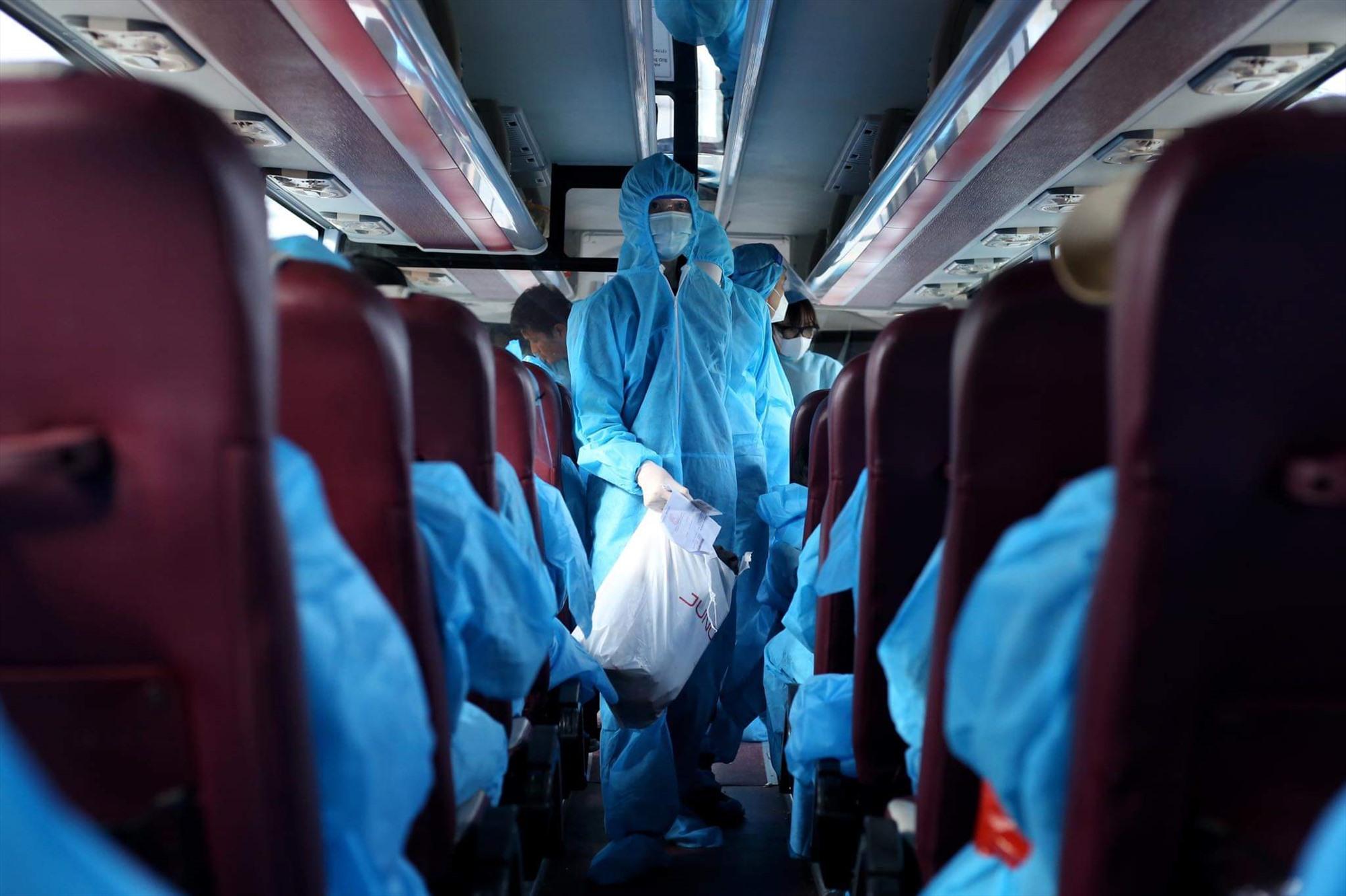 Hướng dẫn người dân chấp hành yêu cầu 5K của Bộ Y tế trước khi lên xe.