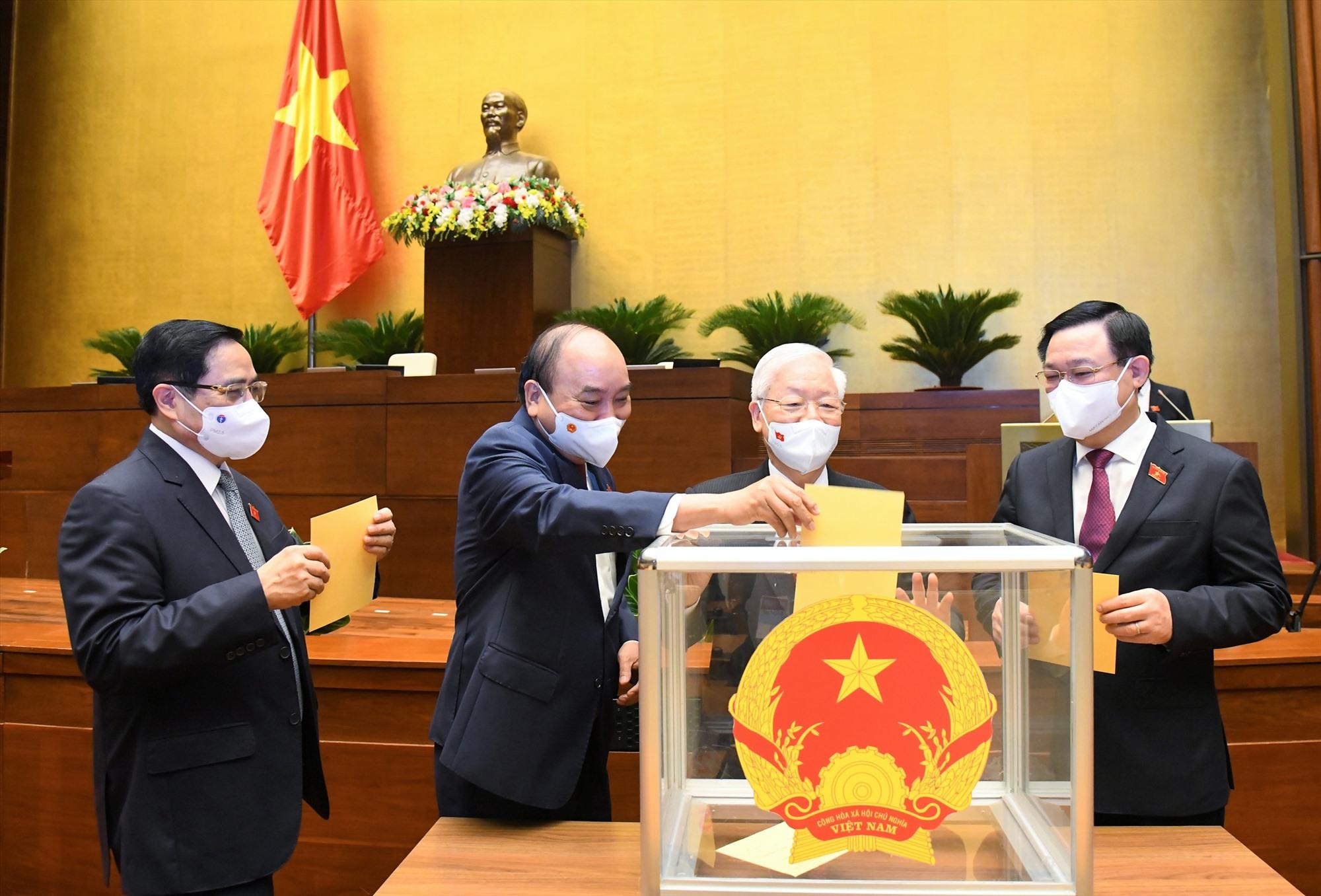 Các đồng chí lãnh đạo Đảng, Nhà nước bỏ phiếu bầu Chủ tịch nước sáng 26/7. Ảnh: VGP/Nhật Bắc