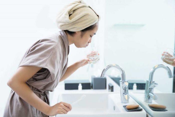 Súc miệng bằng nước muối sinh lý giúp rửa trôi vi khuẩn, virus.