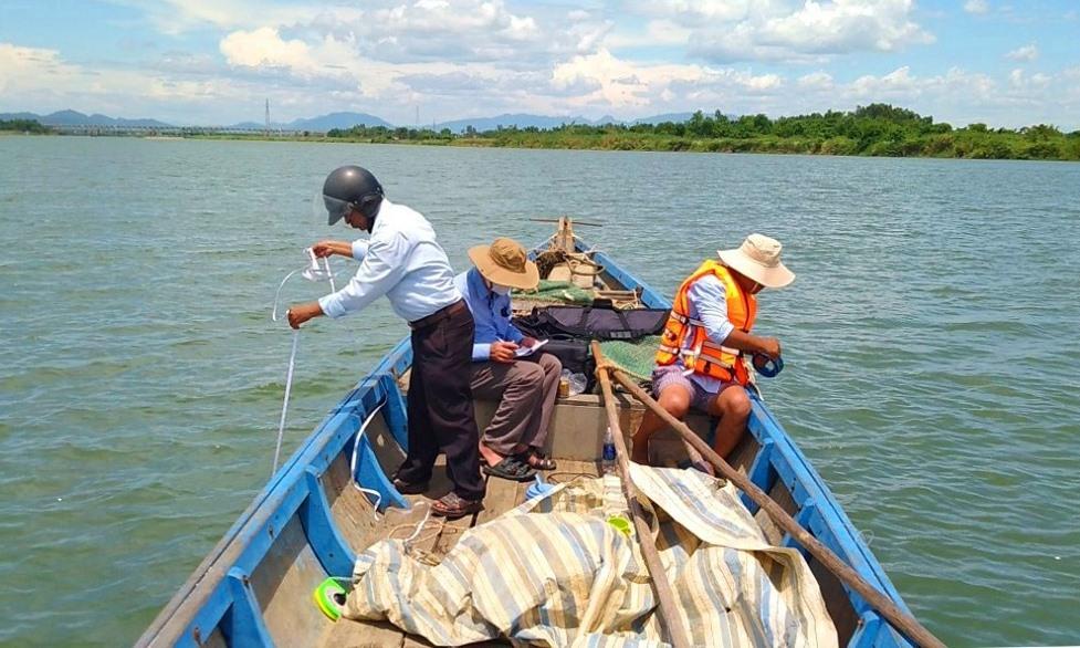 Công nhân Chi nhánh thủy lợi Điện Bàn đang quan trắc độ mặn trên sông Thu Bồn.
