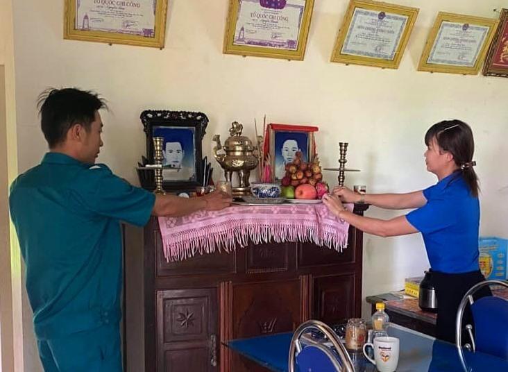 Tuổi trẻ Duy Phú (Duy Xuyên) thắp nhang tri ân liệt sĩ tại nhà mẹ VNAH Nguyễn Thị Liễu. Ảnh: N.Trang
