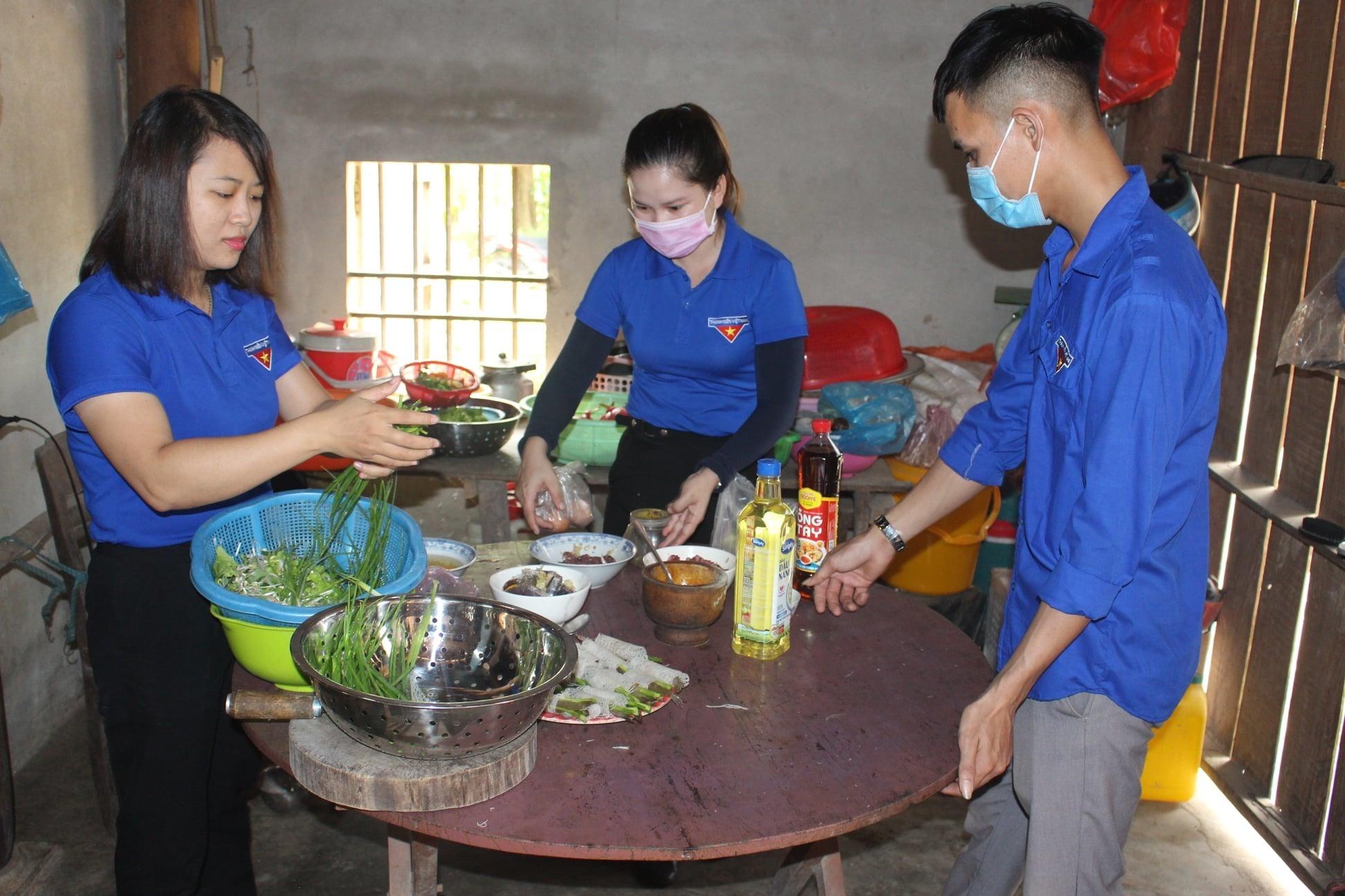 """Tuổi trẻ Hiệp Thuận (Hiệp Đức) tổ chức """"Bữa cơm tri ân"""" tại nhà mẹ VNAH Lê Thị Trà. Ảnh: T.Hòa"""