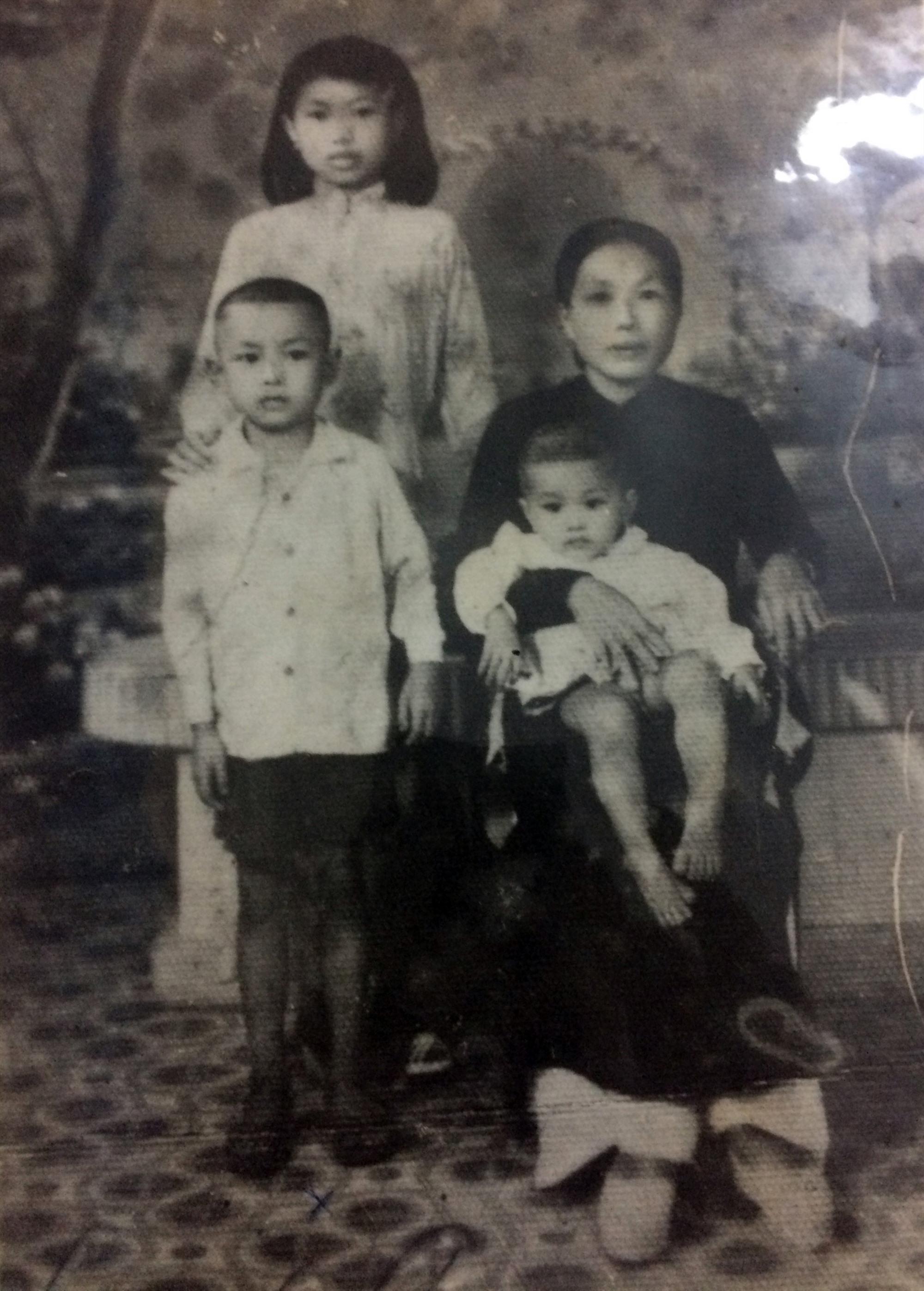 Mẹ Tấn cùng 3 con (ảnh chụp năm 1956). Ảnh: NVCC