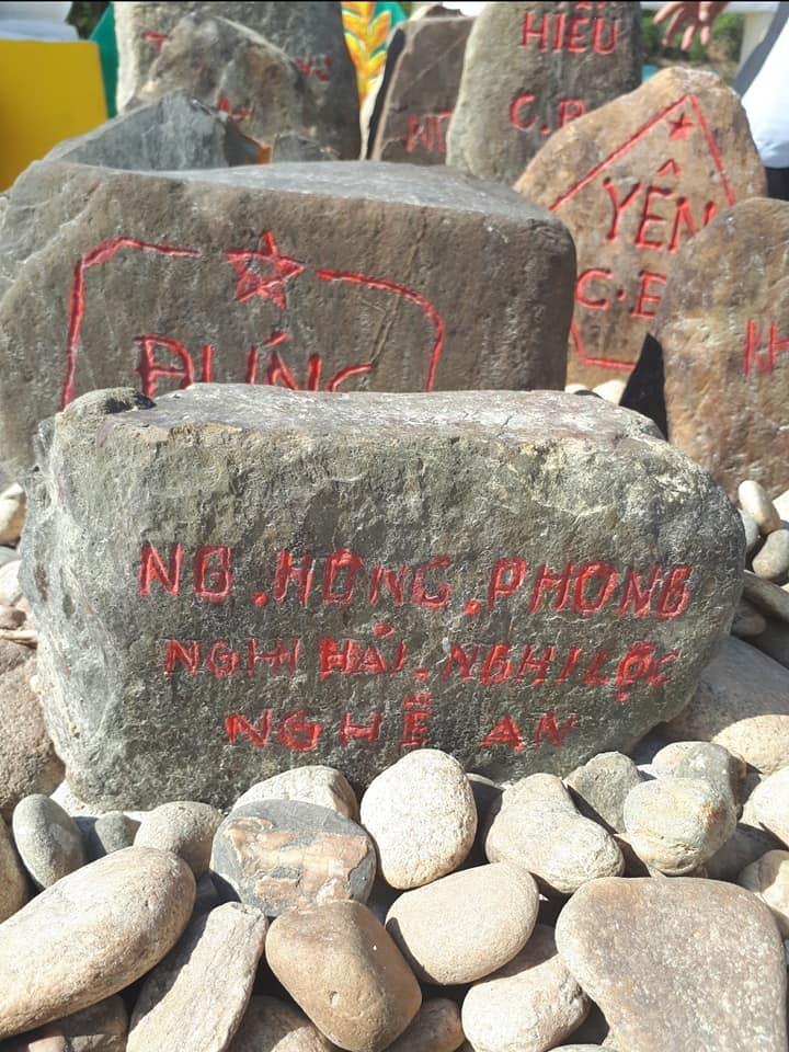 Những hòn đá núi khắc tên các liệt sĩ.