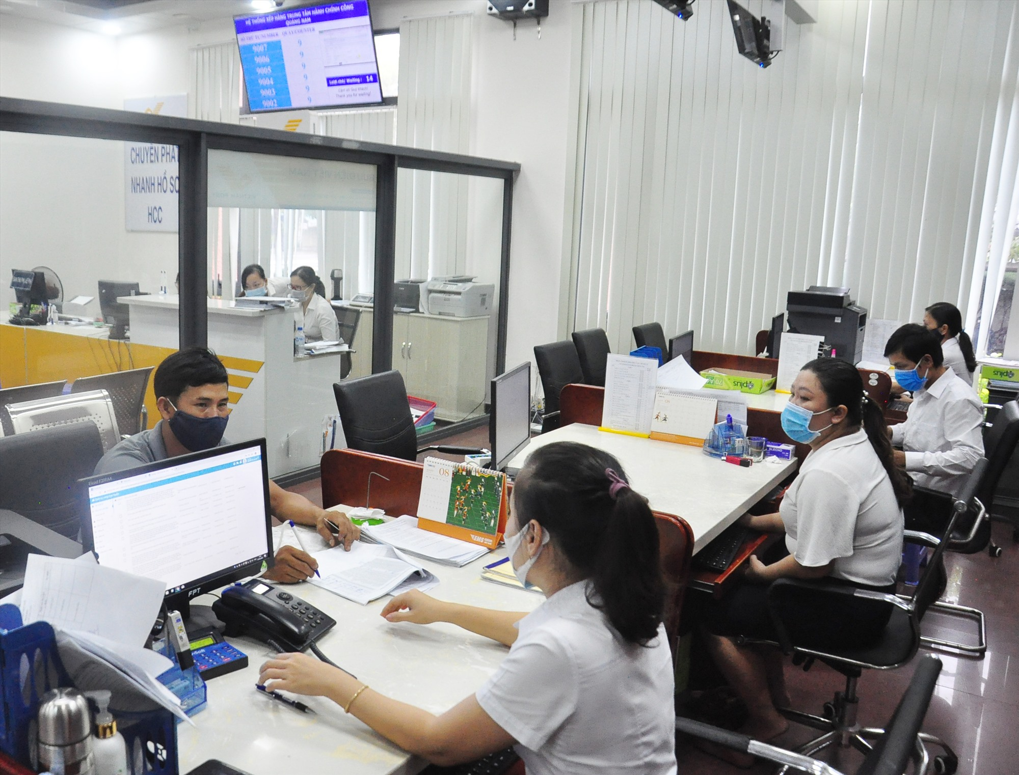 Giải quyết hồ sơ, thủ tục của công dân tại Trung tâm Hành chính công tỉnh. Ảnh: VINH ANH