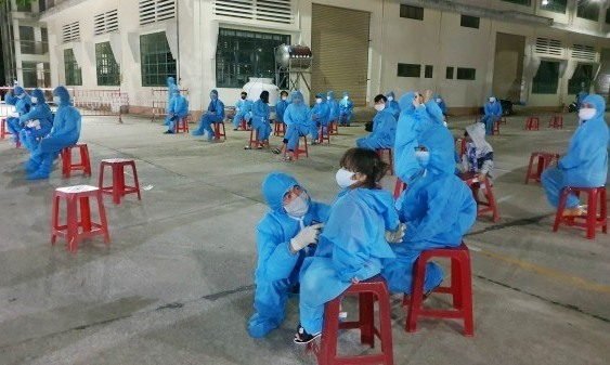 Người dân từ TP.Hồ Chí Minh được lấy mẫu sau khi về đến Quảng Nam. Ảnh; T.C