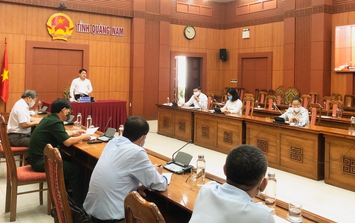 Phó Chủ tịch UBND tỉnh Trần Văn Tân chủ trì hội nghị trực tuyến với các địa phương. Ảnh: X.H