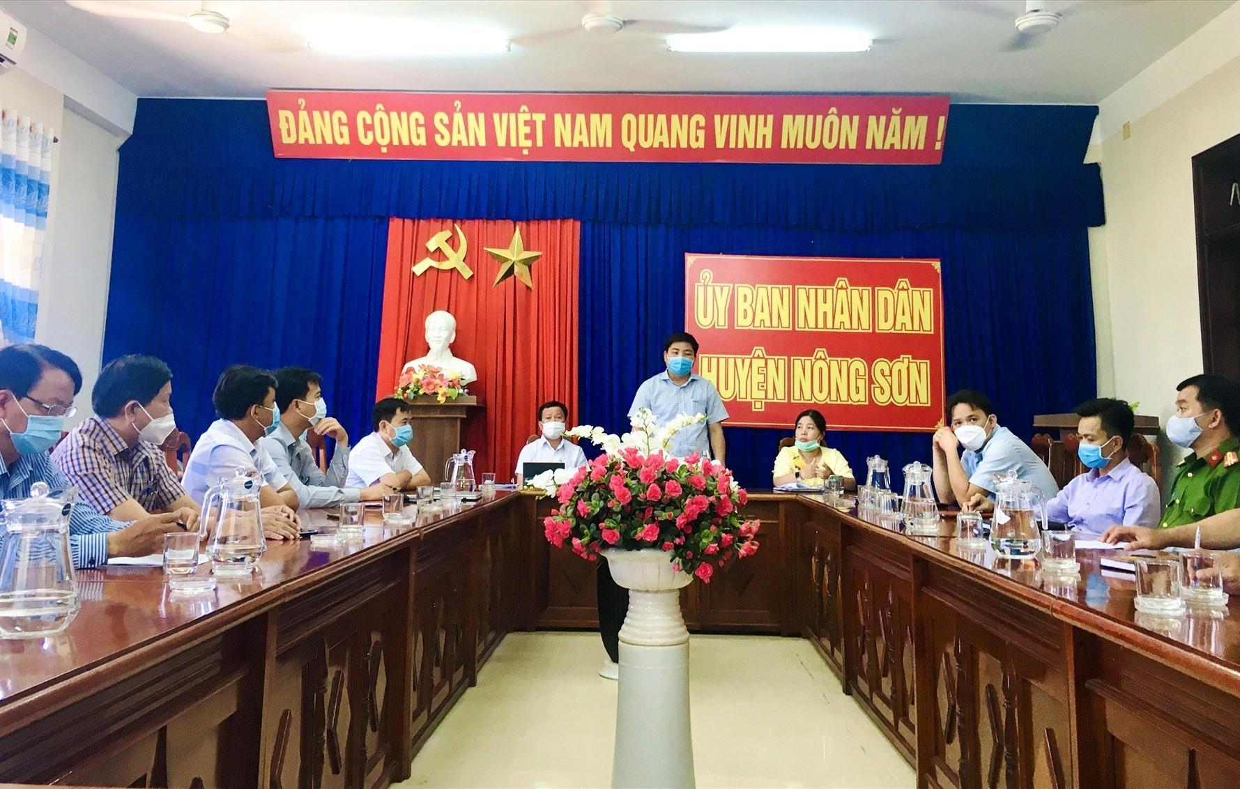 Quang cảnh cuộc họp Ban chỉ đạo phòng chống dịch bệnh Covid-19 huyện Nông Sơn. Ảnh: TÂM LÊ