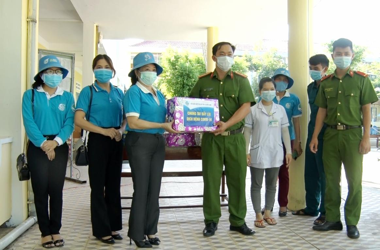Hội LHPN tỉnh tặng quà cán bộ quản lý và người dân tại khu cách ly huyện Phú Ninh. Ảnh: Q.V