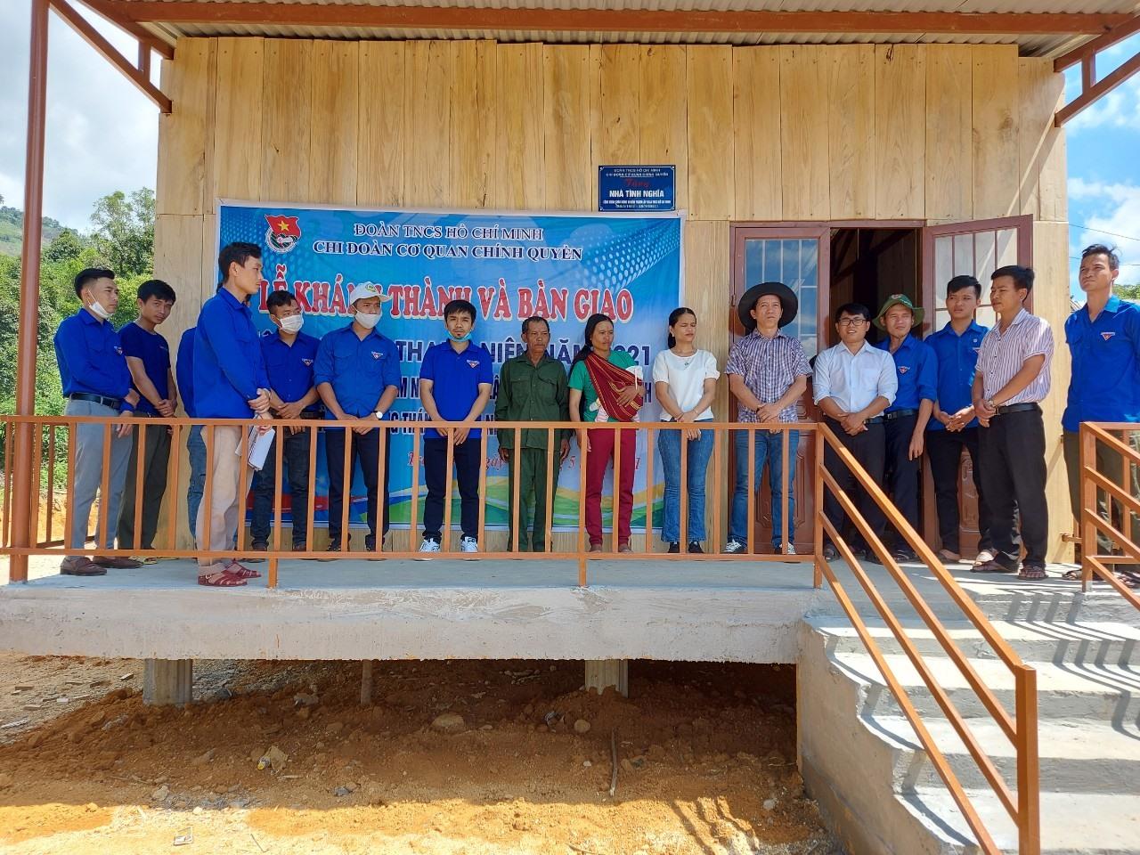 Chi đoàn cơ quan chính quyền huyện Nam Trà My bàn giao nhà ở cho gia đình ông Đinh Gô. Ảnh: V.T