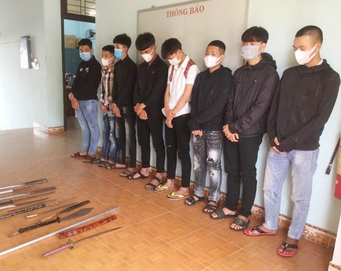 Các đối tượng trong băng nhóm đánh nhau gây mất ANTT bị Công an huyện Thăng Bình bắt giữ.