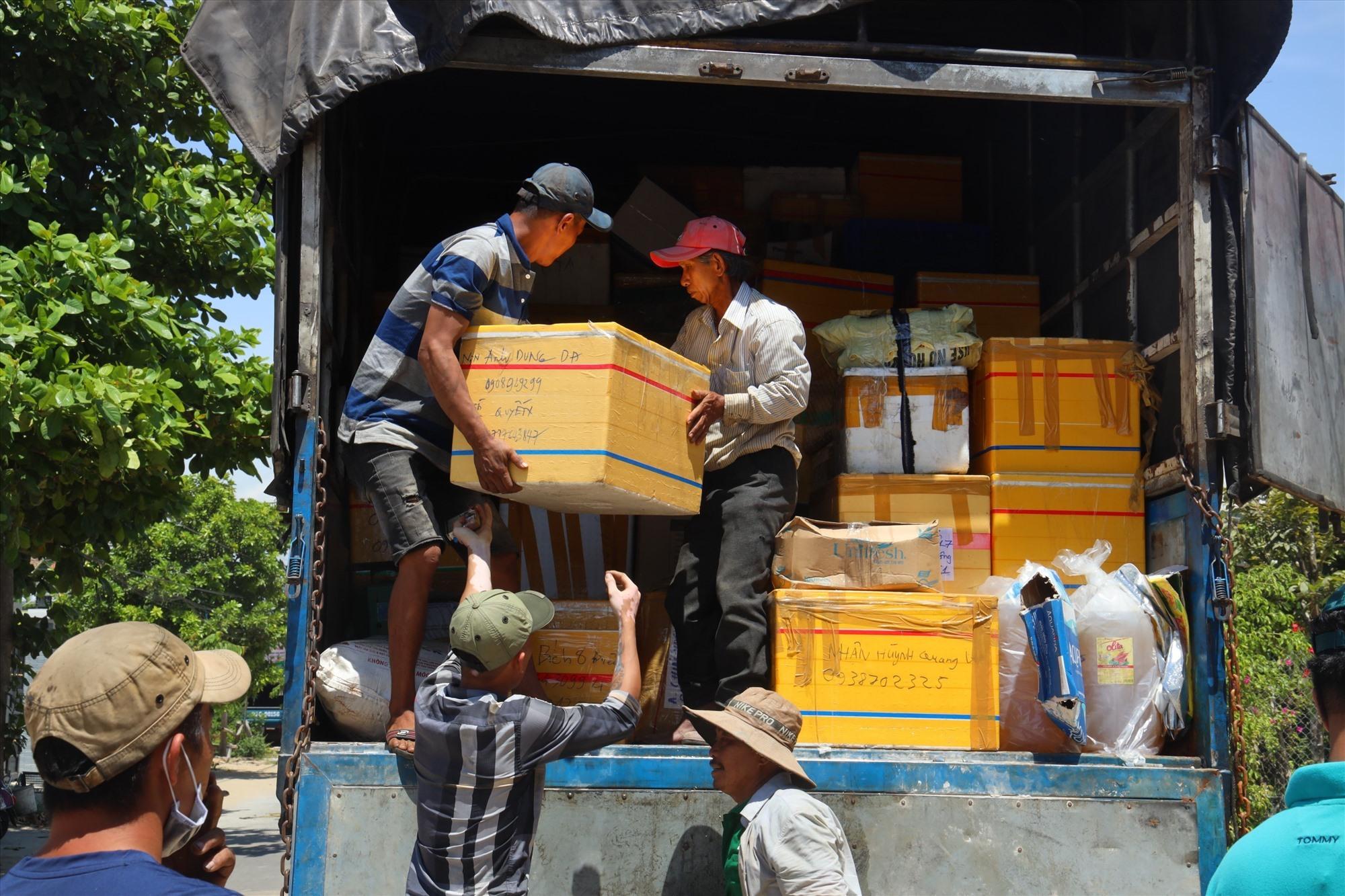 Những ngày qua, người dân Quảng Nam quyên góp hàng chục tấn lương thực, thực thẩm để vận chuyển vào hỗ trợ cho người dân TP.Hồ Chí Minh gặp khó khăn do dịch bệnh Covid-19. Ảnh: CTV