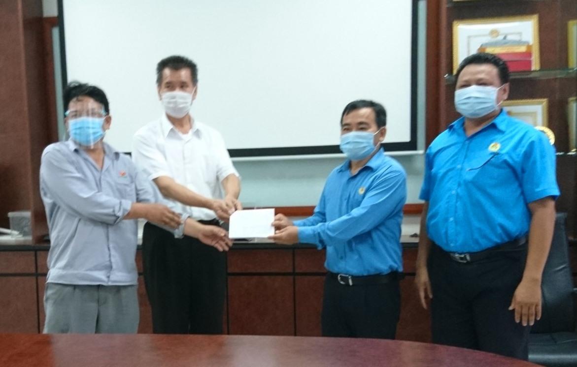 Đại diện doanh nghiệp nhận hỗ trợ cho người lao động diện F0, F1 từ LĐLĐ tỉnh. Ảnh: D.L