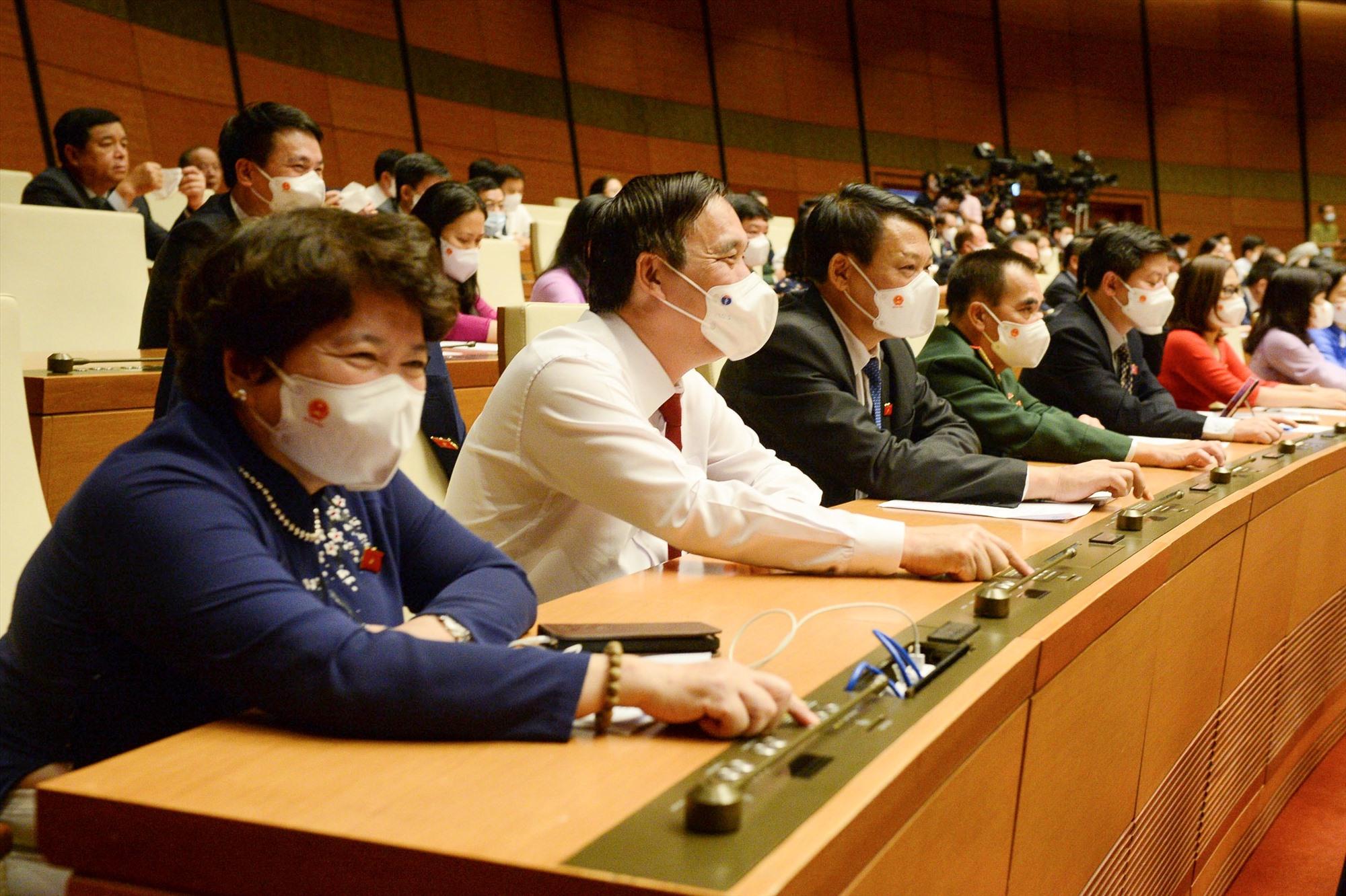 Các đại biểu ấn nút thông qua các Nghị quyết về phê chuẩn việc bổ nhiệm Phó Thủ tướng, Bộ trưởng và các thành viên khác của Chính phủ.