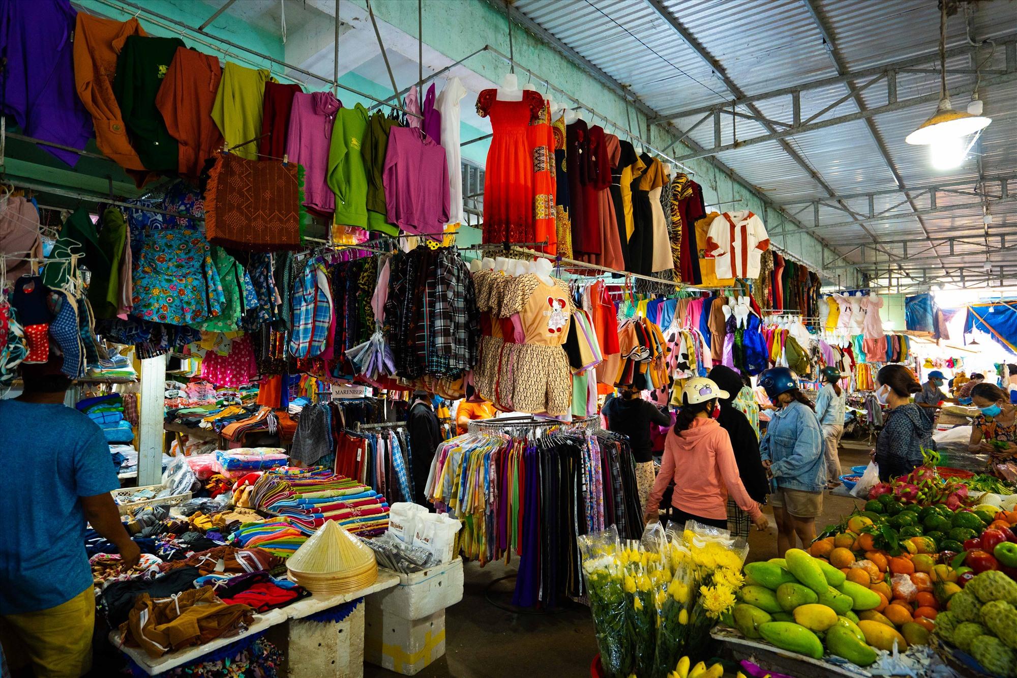 Chợ trung tâm với hơn 2.000 tiểu thương kinh doanh sầm uất.