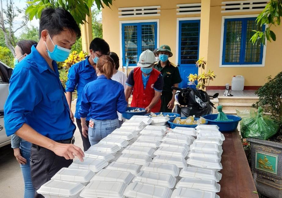 Đoàn viên thanh niên trong toàn tỉnh với nhiều phần việc thiết thực hỗ trợ công tác phòng chống dịch bệnh Covid-19. Ảnh: D.L