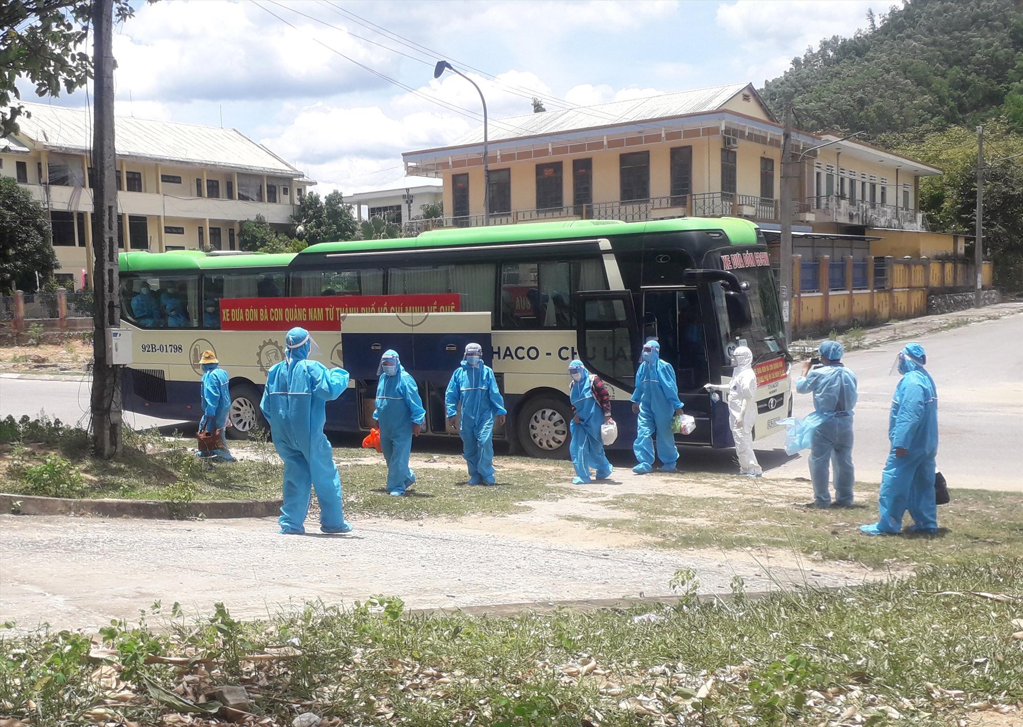 Chuyến xe đưa, đón các công dân các huyện miền núi của tỉnh đã về đến huyện Nam Giang. Ảnh: V.K