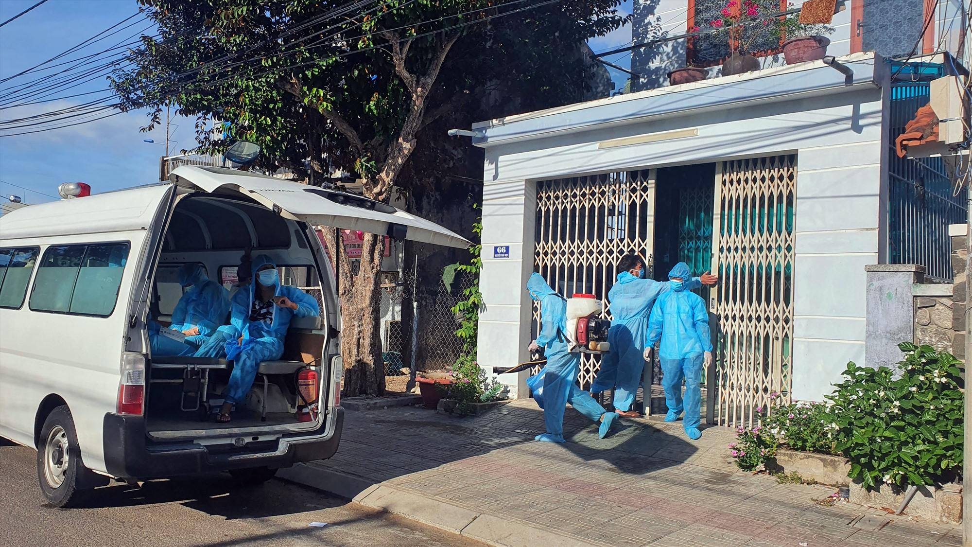 Lực lượng chức năng thành phố đưa người nhà bệnh nhân đi cách ly tập trung.