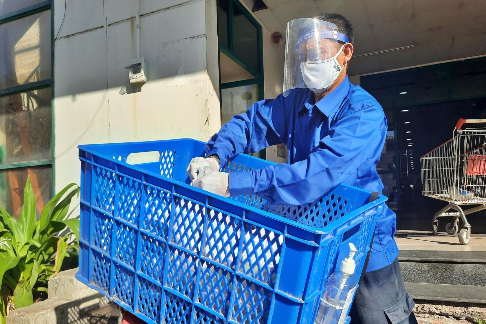 Các đơn vị, doanh nghiệp tự hỗ trợ, trang bị cho người giao hàng các kỹ năng, vật dụng cá nhân để phòng chống lây nhiễm SARS-CoV-2. Ảnh:H.Đ