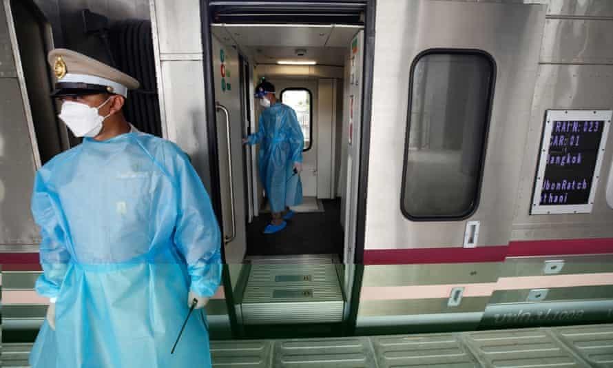 Một chuyển tàu chuẩn bị đón bệnh nhân Covid-19 ra khỏi thủ đô Băng Cốc. Ảnh: EPA